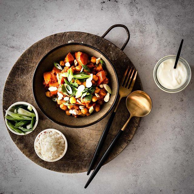 Die Hauptpersonen unseres zweiten Rezeptes für @koro_de sind Kichererbsen. Kombiniert wurden sie mit Kürbis und einem Tomatensud. Zusammen ergibt alles ein wunderbar aromatisches, veganes Curry. 😊⠀ ⠀ 👉 Foodstyling: kleine Portionen⠀ ⠀ Ein Trick, den wir bei unseren Food Fotos immer wieder anwenden, ist, die Portionsgröße zu reduzieren.  Auf uns wirken kleine Portionen auf Fotos immer etwas appetitlicher und wir finden, dass sie  sich tatsächlich auch einfacher stylen lassen. Wir haben Suppe sogar schonmal in Espresso Tassen angerichtet, und auf dem Foto wirkte die Portion normal groß.😉⠀ ⠀ Und wenn dann gegessen wird, kann man sich noch einmal ordentlich Nachschlag nehmen. ☺⠀ .⠀ .⠀ 📷 Canon EOS 6D / 50mm / ISO 320 / f/9,0 / 1/40 ⠀ .⠀ .⠀ .⠀ .⠀ .⠀ .⠀ .⠀ #kichererbsen #kichererbsencurry #korolicious #pumpkincurry #ottolenghi #herbstrezept #herbstküche ⠀ #vegandeutschland #vegangermany #vegetarisch #kurkuma #kokosmilch #ingwer #butternut #hokaido ⠀ #stilllifegallery #cookmagazine #foodstylingandphotography #foodinspirations #lowcarbdeutschland #vscfood #schmackofatz #thrivemags #essenundtrinken #foodblogliebe #leckerschmecker #koriander #rezeptideen #essenmitfreunden #foodinspo @essenundtrinken_magazin @livingathome_magazin @hubert_burda_media @Lifeandthyme⠀ @Still_life_gallery_ @Gorgeous_stilllife_⠀ @Stilllife_perfection @Ichliebefoodblogs @koro_de @thrivemags @bestofvegan @thefeedfeed.vegan @veganfoodspot @veganbowls @veganvultures @vegandaily1 @buddha_bowls