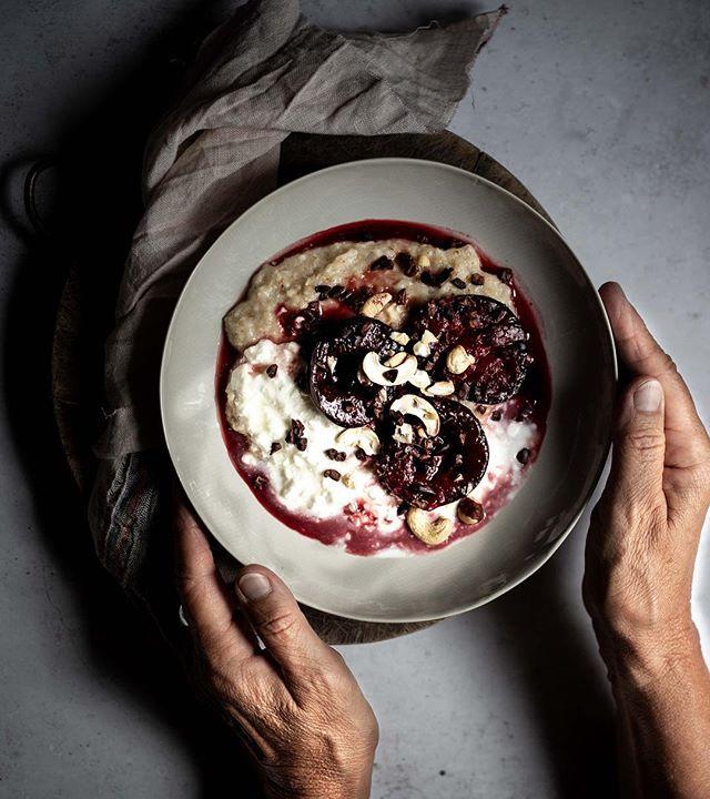 Jetzt wo das Wetter langsam aber sicher kälter wird, geht für uns auf jeden Fall wieder die Porridge Zeit los. Was gibt es besseres, als mit einem nahrhaften, warmen Frühstück gut gestärkt in den Tag zu starten? ⠀ Für die heutige Variante des Klassikers, gesellen sich zum Porridge noch Joghurt und gebackene Pflaumen. Für das gewisse Etwas gab es oben drauf noch Cashewnüsse und Cacao Nibs. ⠀ ⠀ 👉 Untergründe: Vinyl (1)⠀ ⠀ Untergründe sind für die Food Fotografie wahnsinnig wichtig. Für uns sind Untergründe mittlerweile fast wie Handtaschen oder Schuhe... man kann nie genug haben. Allerdings gibt es auch wahnsinnig viele kreative Lösungen, denn es ist tatsächlich erstaunlich, was alles als Untergrund fungieren kann. ⠀ ⠀ Der heutige Untergrund ist einer unserer liebsten. Es ist ein Vinyl Untergrund in Beton Optik, der sich zusammenrollen und somit auch wunderbar transportieren lässt. Das beste aber, er lässt sich einfach abwischen und ist extrem widerstandsfähig. ⠀ .⠀ .⠀ .⠀ .⠀ 📷 Canon EOS 6D / 50mm / ISO 100 / f/3,5 / 1/100⠀ .⠀ .⠀ .⠀ .⠀ .⠀ .⠀ .⠀ #frühstückszeit #trockenobst #gesundesfrühstück #frühstücken #frühstück #obst #obstsalat #frühstücksliebe #porridgebowl #pflaumen ⠀ #haferflocken #gesunderezepte #gesundundlecker #gesundessen #gesundeernährung #zuckerfrei #ohnezucker #ballaststoffe #gesundeküche #organicfood #cookmagazine #foodstylingandphotography #foodinspirations #foodstylist #lifeandthyme #surlatable #foodblogger_de #kokosmilch #hafermilch #mandelmilch⠀ @deliciusmag @slowly_veggie_official @cblbackdrops @schönerwohnenmagazin @oliviaverlag @Still_life_gallery_ @Stilllife_perfection @Ichliebefoodblogs 3bearsporridge @koelln_deutschland @soularty⠀