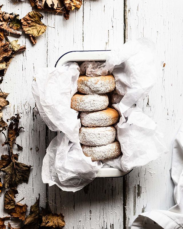 Heute ist Sonntag, da darf es doch auch mal ein süßes Frühstück sein, oder? Für einen kleinen Donut am Ende des Brunchs ist doch bestimmt noch Platz 😊⠀ ⠀ Esst ihr zum Frühstück lieber süß oder deftig? ⠀ ⠀ ⠀ 👉 Untergründe: Vinyl (2)⠀ ⠀ Auch der heutige Untergrund ist aus Vinyl. Wir wollten euch gerne zeigen, wie vielfältig die Auswahl derartiger Untergründe ist. Selbst Holzoptik in Vinyl macht sich gut auf Fotos. ⠀ ⠀ Diesen Untergrund haben wir online gekauft. Manchmal kommt es allerdings auch vor, dass uns Wände, Tische, Böden oder andere Flächen auffallen, die sich super für Untergründe eignen. Die fotografieren wir und lassen sie selber auf Vinyl drucken. Was klasse ist, denn so haben wir sogar ein Untergrund Unikat ohne großen Aufwand.😉⠀ ⠀ ⠀ ⠀ 📷 Canon EOS 6D / 50mm / ISO 640 / f/3,20 / 1/125⠀ .⠀ .⠀ .⠀ .⠀ .⠀ #donuts #donutlove #essenundtrinken #nachtisch #frühstücken #frühstücksliebe #kaffeepause #kaffeeundkuchen #kaffeeklatsch #gebäck #backenistliebe #gs_stilllife #foodblogging #foodphotographyandstyling #leckerschmecker #megalecker #weihnachtsbäckerei #backliebe #weihnachtskekse #liebegehtdurchdenmagen #droetker #vanillezucker #herbstküche #foodblogliebebacken #weihnachtskekse #weihnachtsgebäck #adventszeit #foodmagazine #foodprops #backenmitliebe @Lifeandthyme @Surlatable @nomliving @thefeedfeed.baking @dr.oetker_deutschland @lust_auf_genuss_official @Insiderdessert⠀ @tchibo @ich.liebe.foodblogs @hautescuisines @beautifulcuisines @thebakefeed @foodfluffer @still_life_gallery_ @foodtographyschool @wiltoncakes⠀
