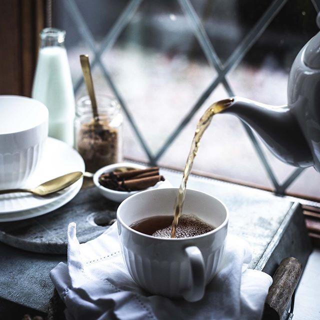 Gehört ihr eher zur Tee oder Kaffee Fraktion? ☕️🍵Bei uns wechseln die Vorlieben immer, je nach Stimmung. Heute starten wir auf jeden Fall in den Montag mit einer Tasse Tee. 😊⠀ ⠀ 👉 Untergründe: Metalltablett⠀ ⠀ Einer unserer ABSOLUT liebsten Untergründe ist ein Metalltablett. Es ist super vielseitig und kam bei uns wirklich schon für die unterschiedlichsten Fotos zum Einsatz. ⠀ ⠀ Wir lieben auch die Geschichte des Tabletts, weil es einfach zeigt, dass Untergründe an den unterschiedlichsten Orten zu finden sind: Über unser Metalltablett sind wir quasi gestolpert, als wir eigentlich Blumen kaufen wollten. Der Florist hatte die Blumen auf diesem Tablett stehen und hat es uns kurzerhand auf Nachfrage gleich mitgegeben. Für mehr Bilder, bei denen unser Metalltablett zum Einsatz kam, klickt euch doch mal durch unsere Story!⠀ ⠀ Was ist euer liebstes Fundstück bei euren Untergründen?⠀ .⠀ .⠀ .⠀ .⠀ 📷 Canon EOS 6D / 50mm / ISO 640 / f/3,2 / 1/125⠀ .⠀ .⠀ .⠀ .⠀ .⠀ .⠀ #schwarztee #teatime☕️ #tealove  #stilllifegallery #cookmagazine #gs_stilllife #tealovers  #darjeeling  #foodstyleguide #lifeandthyme #wirliebentee  #gemütlich #weihnachtszeit #gönndir #goodmoodfood #abwartenundteetrinken #droetker #frühstückszeit #germanfood #adventszeit #frühstücken #ichliebefoodblogs #frühstücksliebe #teekanne #foodphotographyandstyling  #foodfotografie #teeliebe #grünertee #foodblogger_de #nespresso ⠀ @teegschwendner_deutschland @TV_stilllife @5cups_and_some_sugar @Lifeandthyme @essenundtrinken_magazin @saveurmag @nespresso.de @sonnentor @tee.moment @teekanne @butfirst_tea @tea @teatimemagazine @tv_closeup @pukkaherbsdeutschland @gorgeous_stilllife_ @beautifulcuisines @hautescuisines @foodfluffer @messmer_tee @teekanne⠀ ⠀