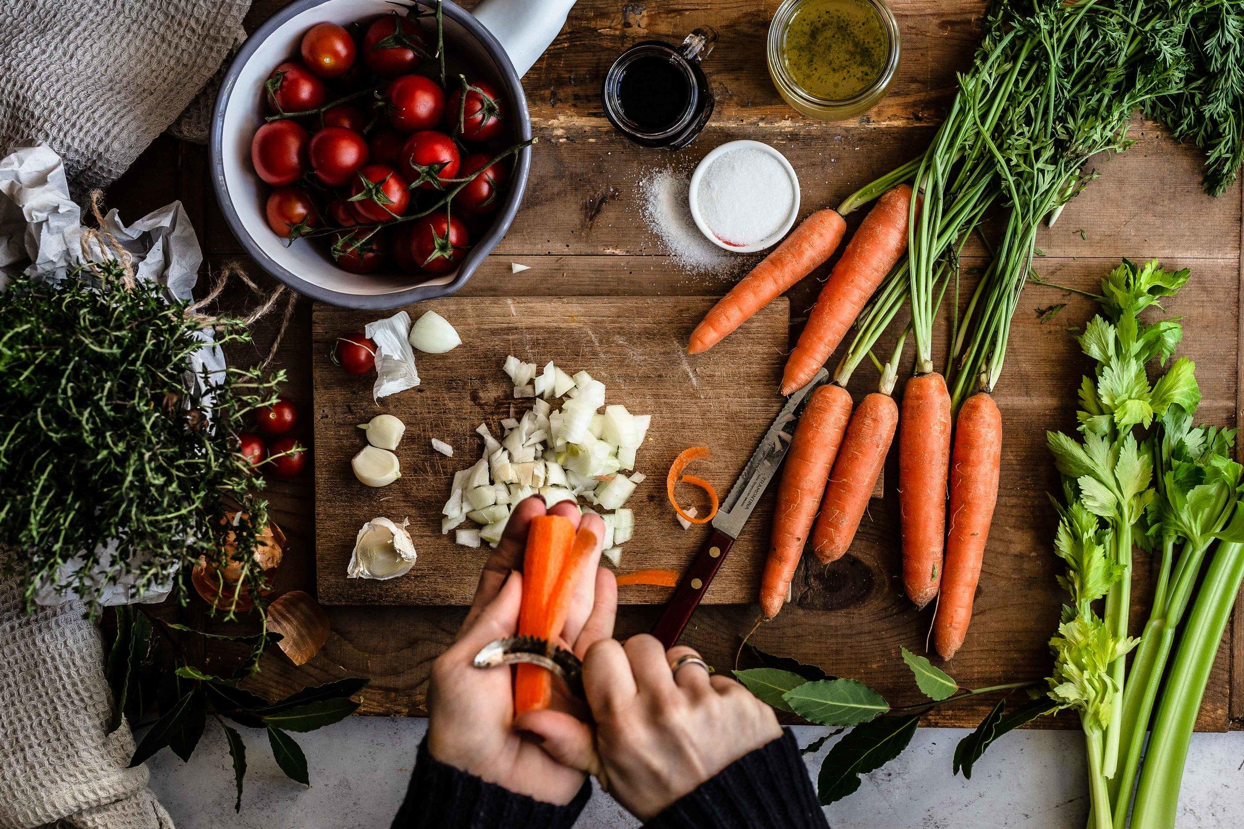Die Zutaten für die Bolognese Sauce liegen bereit…mit dem Schnippeln kann gestartet werden.