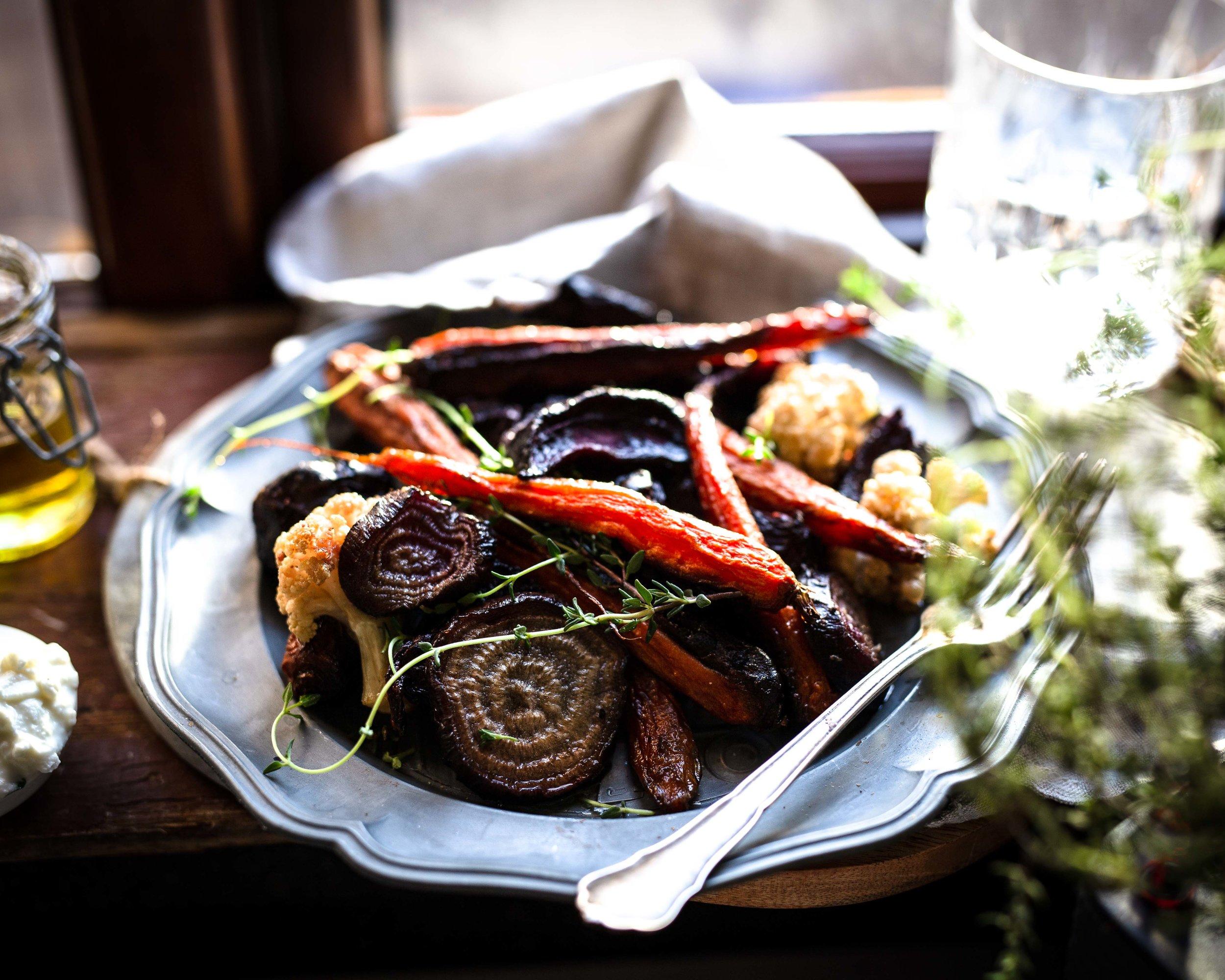Geröstetes Gemüse mit Kräuter-Quark Dip - definitiv mehr als nur eine Beilage.