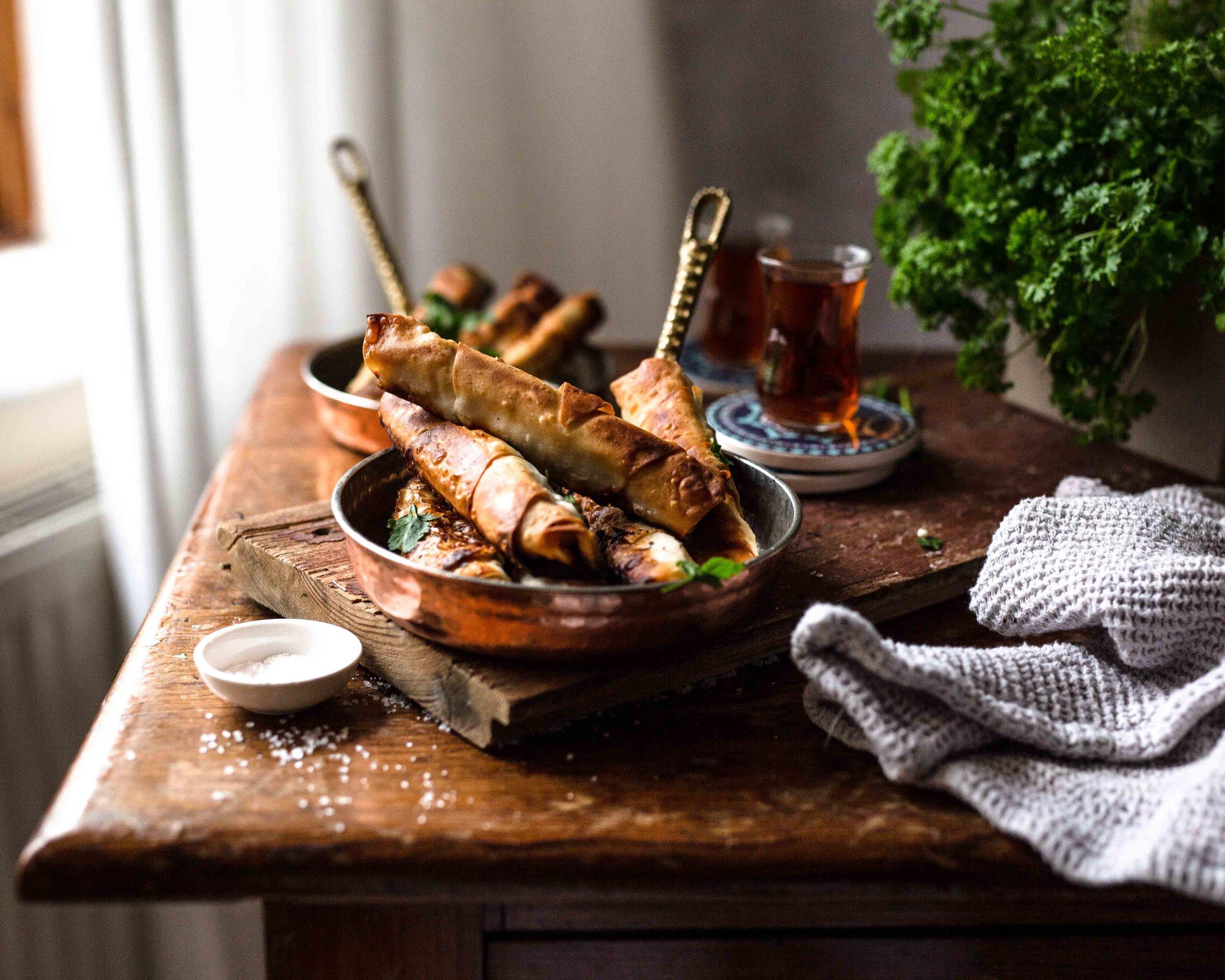 Die Sigara Börek sind außen schön knusprig und haben durch ihre herzhafte Füllung als Snack zwischendurch einen echten Suchtfaktor.