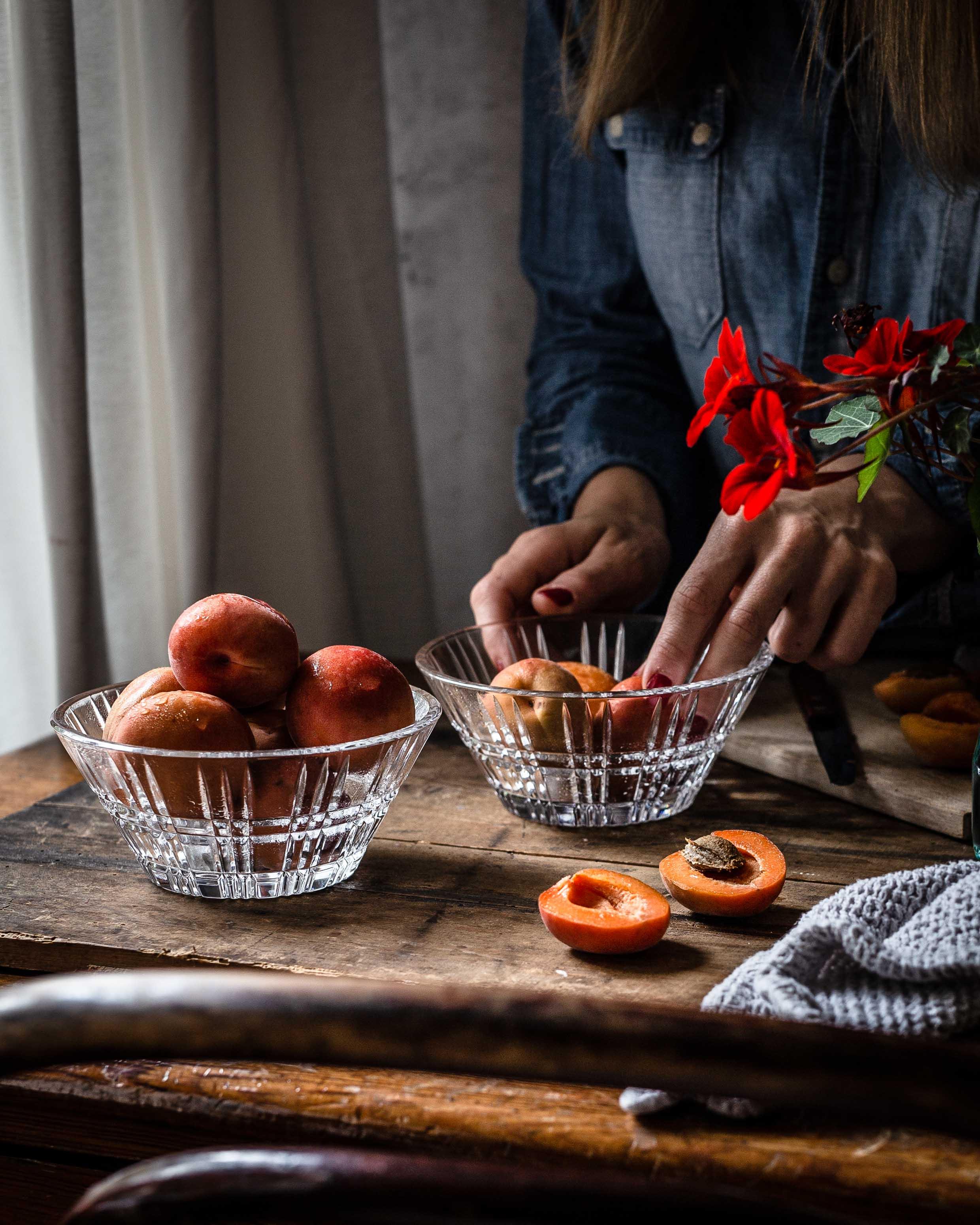 Die Aprikosen werden für das Dessert vorbereitet…