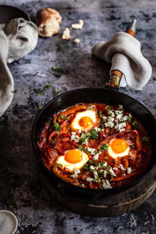 Shakshuka mit Fetabröseln und ein paar frischen Petersilienblättern - klasse Rezept zum Frühstück und Brunch