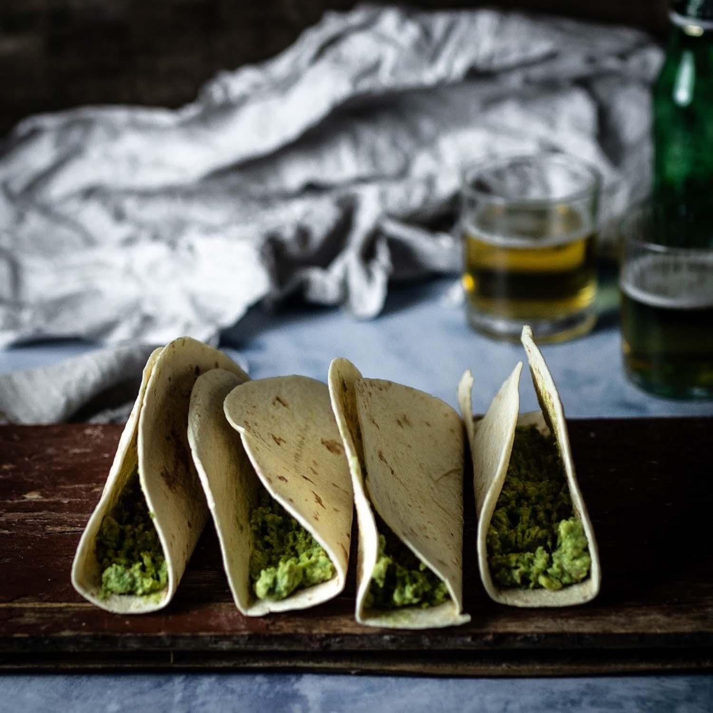 Tortillaschalen werden gefüllt - für ein leichtes Mittagessen