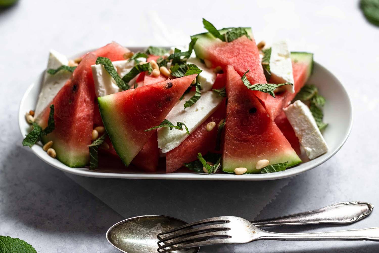 Rezept Wassermelonen-Feta-Salat - schmeckt herzhaft-süß und unglaublich frisch nach Sommer