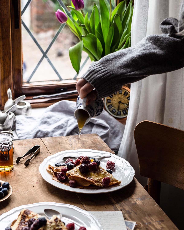 Noch ein wenig Ahornsirup auf die Pfannkuchen und das Frühstück ist perfekt…