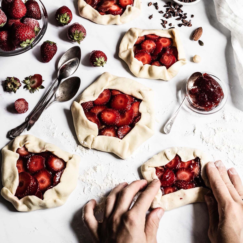 Mini Erdbeer Galettes in der Vorbereitung