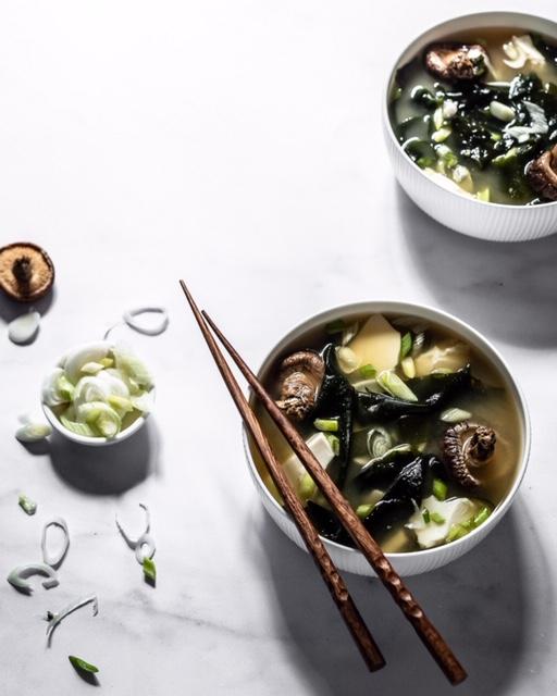 Die Zubereitung von Miso Suppe ist super einfach und purer Genuss