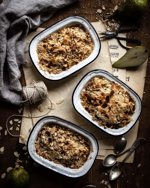 Glutenfreier pfel-Birnen-Crumbel frisch aus dem Ofen
