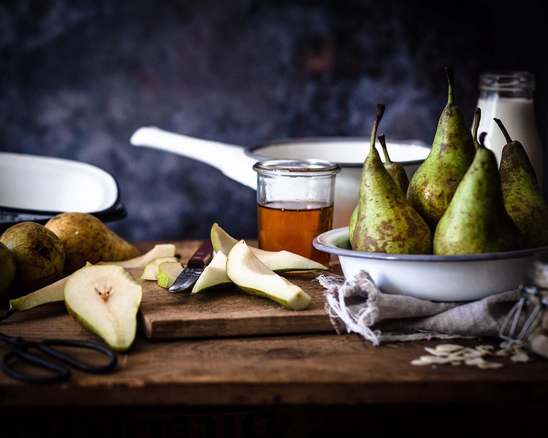 Glutenfreier Apfel-Birnen-Crumble - Birnen in der Vorbreitung, gleich sind die Äpfel an der Reihe