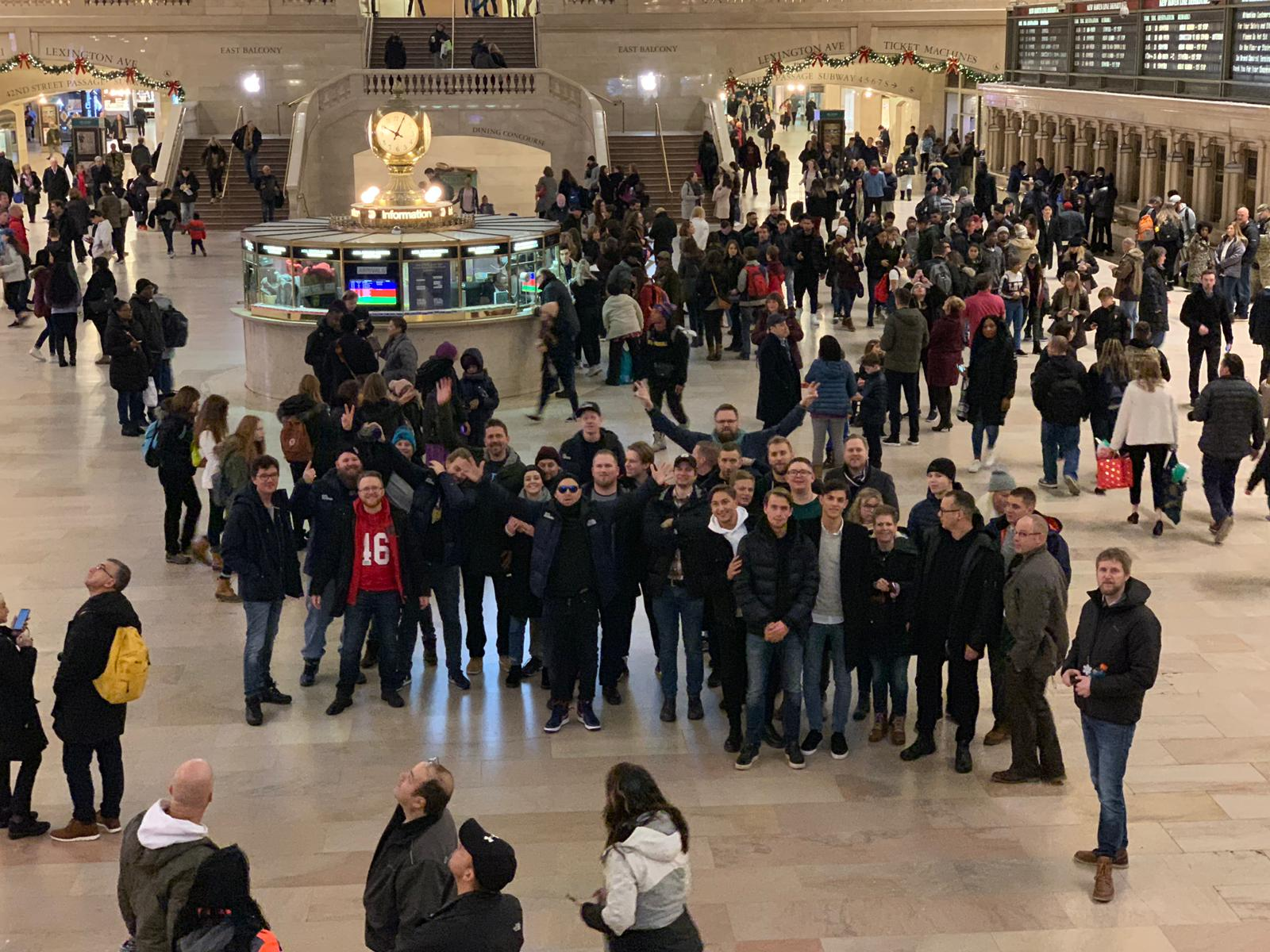 hela gruppen samlad på gran central station.jpg
