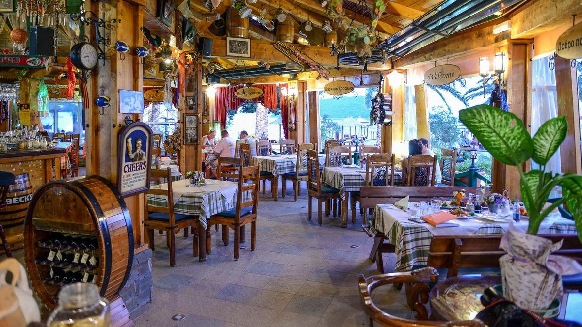 Middag - Middag på Pivnica Nic Gold. En restaurang som ligger fint vid havet. Här avnjuter gruppen en 3 rätters måltid.Restaurangen är ca 15 minuters promenad från hotellet.
