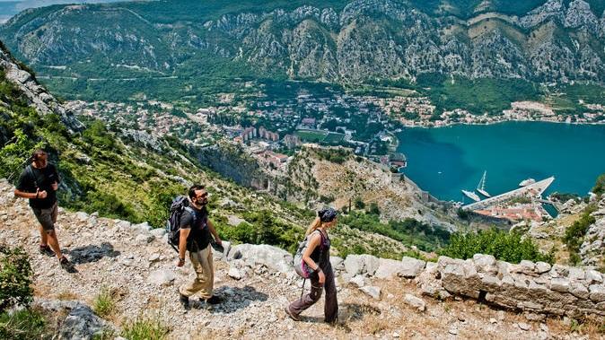 Vandring - Kl 14.00. Från ingången till Kotor stad vandrar gruppen upp längs de branta sluttningarna upp till San Giovanni fortet och lilla övergivna staden Spiljari. Här får gruppen smaka på granatäpplejuice och ost. En utflykt som tar drygt 3 timmar. Ta med bra skor, solskydd, keps.