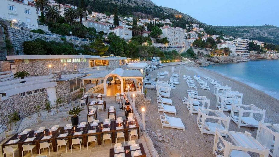 Lunch i Dubrovnik - Om bussresan går som den skall , tidsmässigt, så får gruppen tid på egen hand i Dubrovnik innan lunchen.13.00 Lunch på Banje Beach Restaurant.