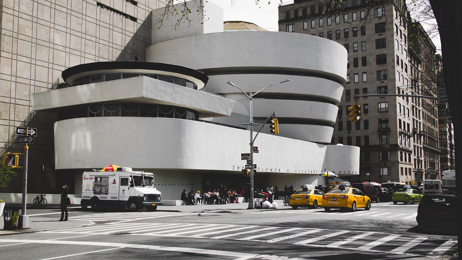 Guggenheim vacker byggnad och fint museum - Förutom att vara ett museum med både permanenta och tillfälliga utställningar som lyckas förbluffa besökare från hela världen är byggnaden i sig en vacker sevärdhet. Det som utmärker den är dess stora ringar på toppen av den vita grunden. Byggnaden har även filmatiserats i Men in Black med bland andra Will Smith.