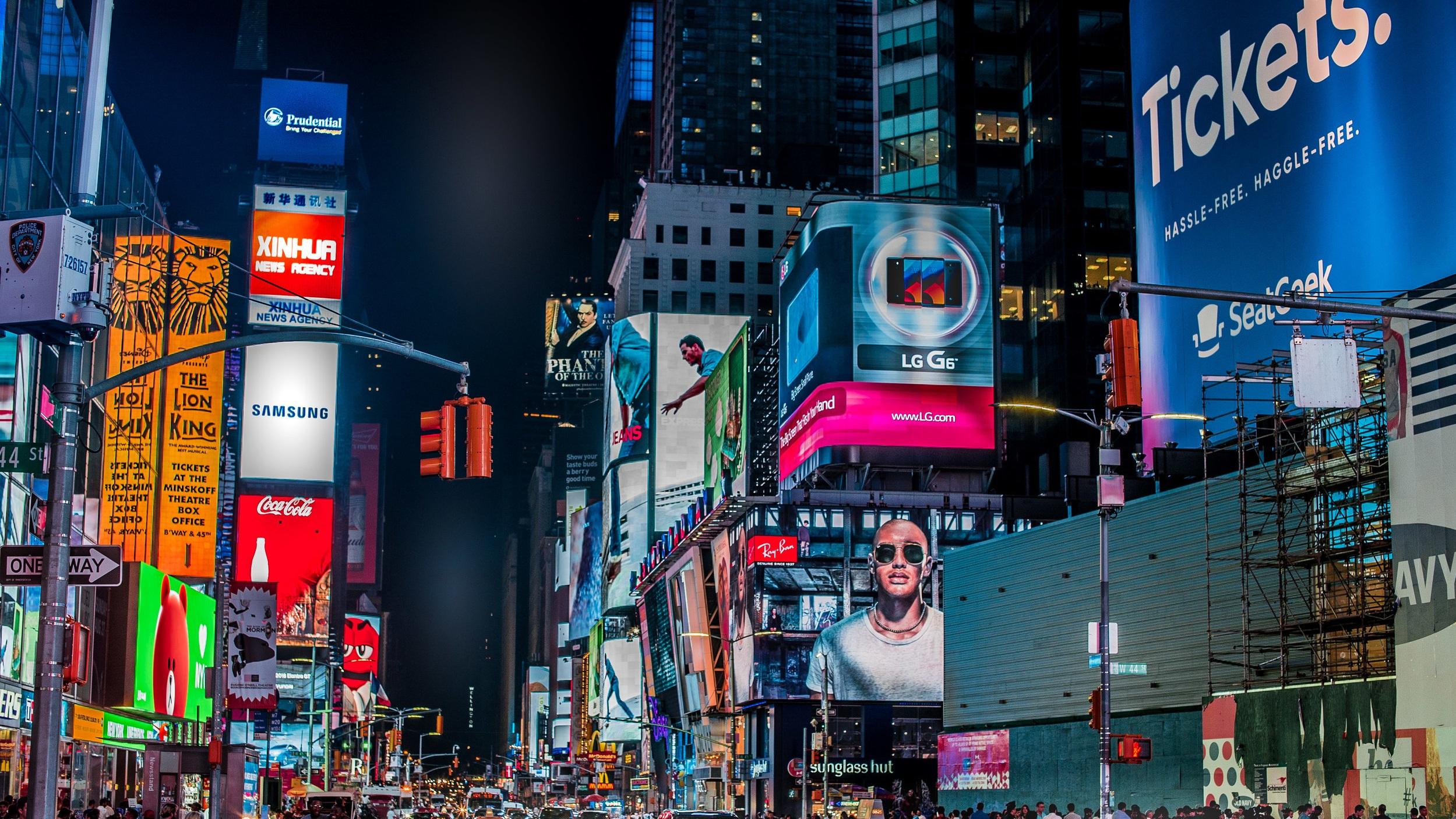 Times Square en av världens populärasteplatser - Ett absolut måste när du besöker New York, men var beredd på att trängas. Times Square, är nämligen en av världens populäraste och folktätaste platser. Det som kännetecknar platsen är dock de enorma och färgglada LED-skärmarna på byggnaderna.