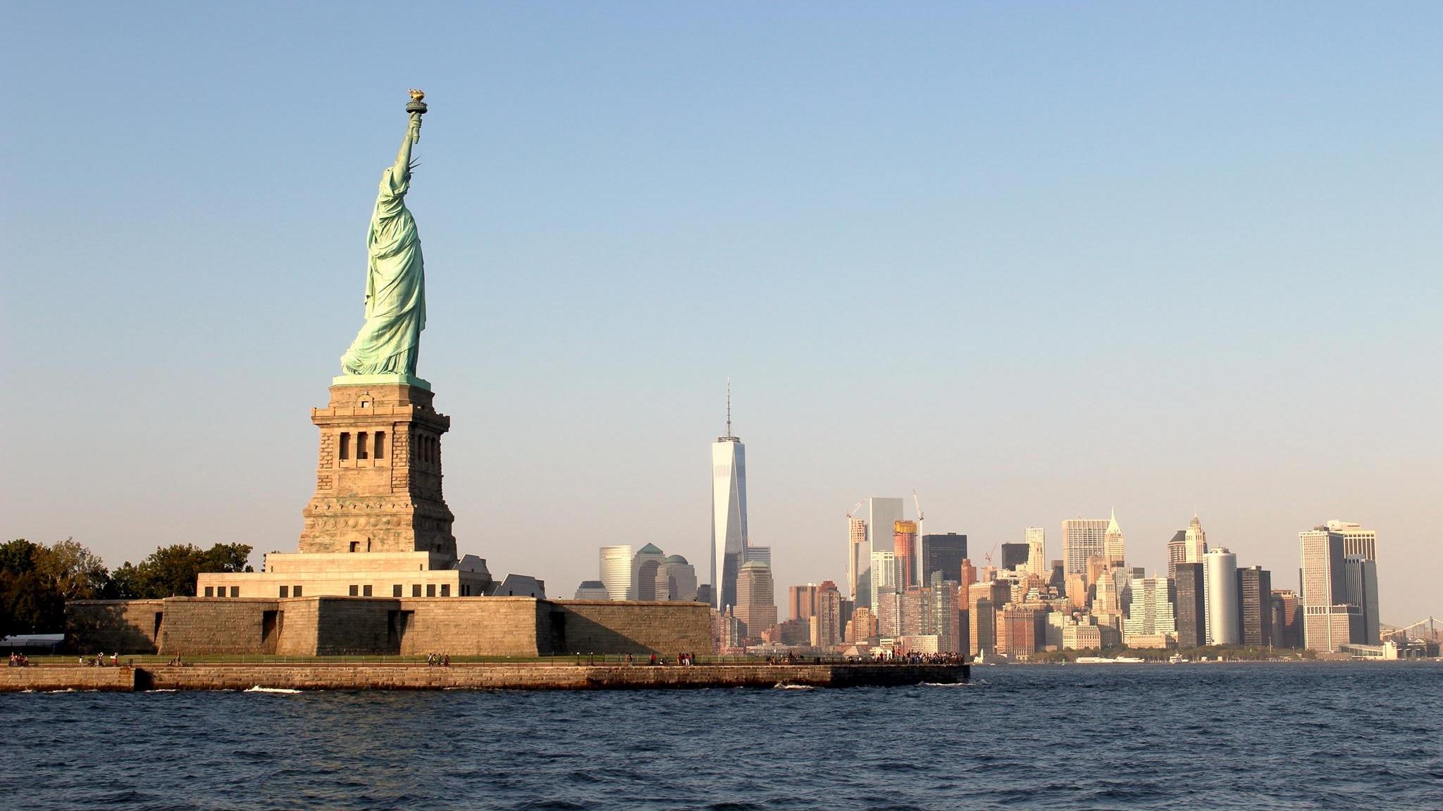 Frihetsgudinnan mäktig staty på Liberty Island - Ett annat av stadens kännetecken är den totalt 93 meter höga och minst sagt mäktiga statyn av frihetsgudinnan. Statyn ligger på Liberty island vid Hudsonfloden och besöks årligen av miljontals människor. Bestämmer du dig för ett besök hit gäller det att sätta väckarklockan tidigt.