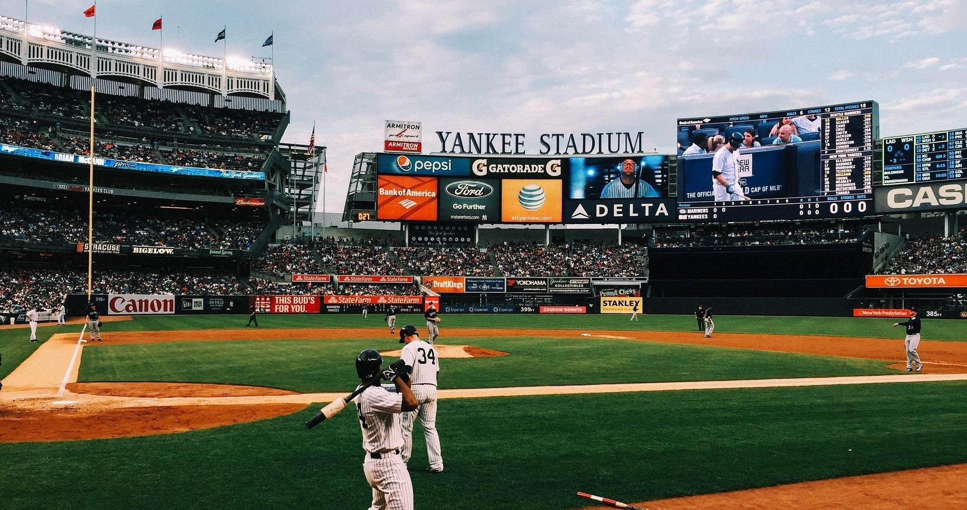 Sportevenemang  Flera lag i USA:s största sporter  New York tillhandahåller en uppsjö av attraktiva sporter och klubbar. Eller vad sägs som New Jersey Devils, New York Islanders och Henrik Lundqvist New York Rangers i NHL. I NFL återfinns två klubbar i New York Jets och New York Giants. Det finns även två i MLB, New York Mets och New York Yankees.  Som om inte det vore nog är det även två klubbar i MLS där svenske Anton Tinnerholms New York City FC får tampas med rivalen New York Red Bull och i NBA där New York Knicks och Brooklyn Nets återfinns.