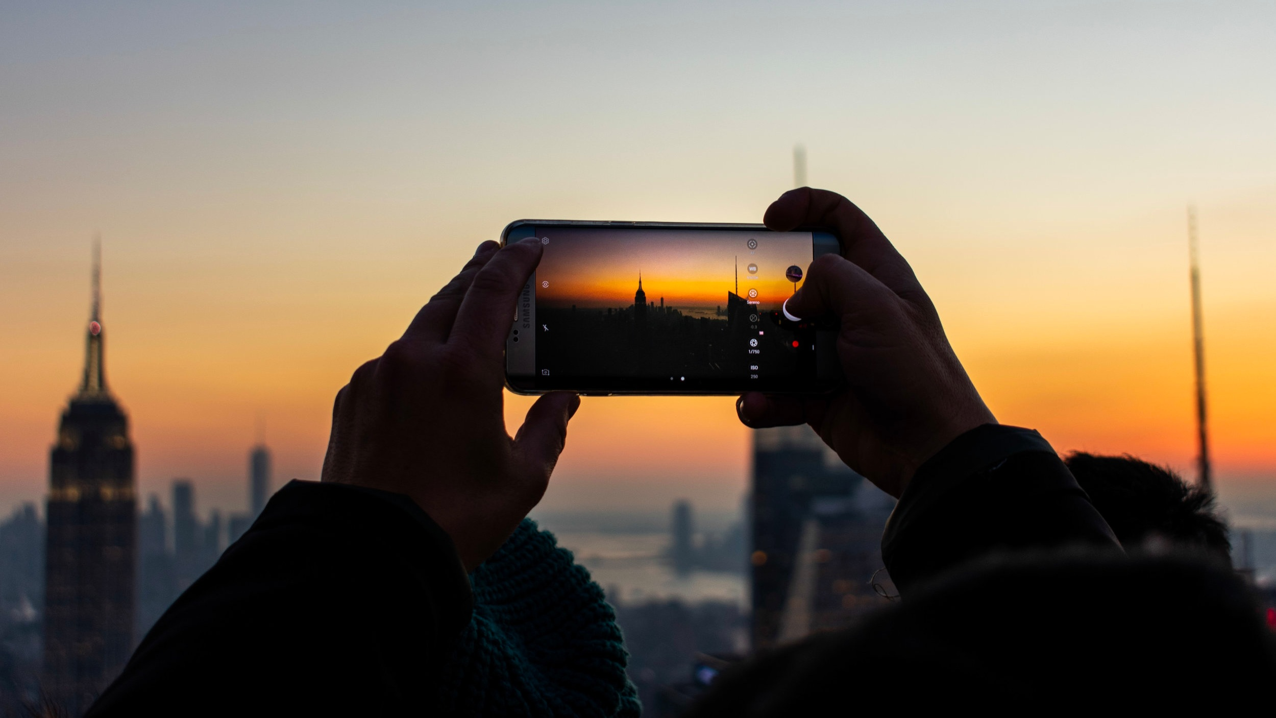 Top of the rock Stadens bästa utsikt - Utsiktsvångarna på toppen av Rockerfeller Center, Top of the Rock, ger dig förmodligen New Yorks häftigaste upplevelse när det kommer till utsikt. Observationsplanet finns i tre olika våningar där den högsta är utomhus och ger dig utsikt mot förtrollande Central Park i norr och Empire State Building i söder. Ett liknande alternativ är One World Observatory - den utsiktsplatsen är belägen där tvillingtornen stod och ger dig en fantastisk utsikt på 380 meters höjd.