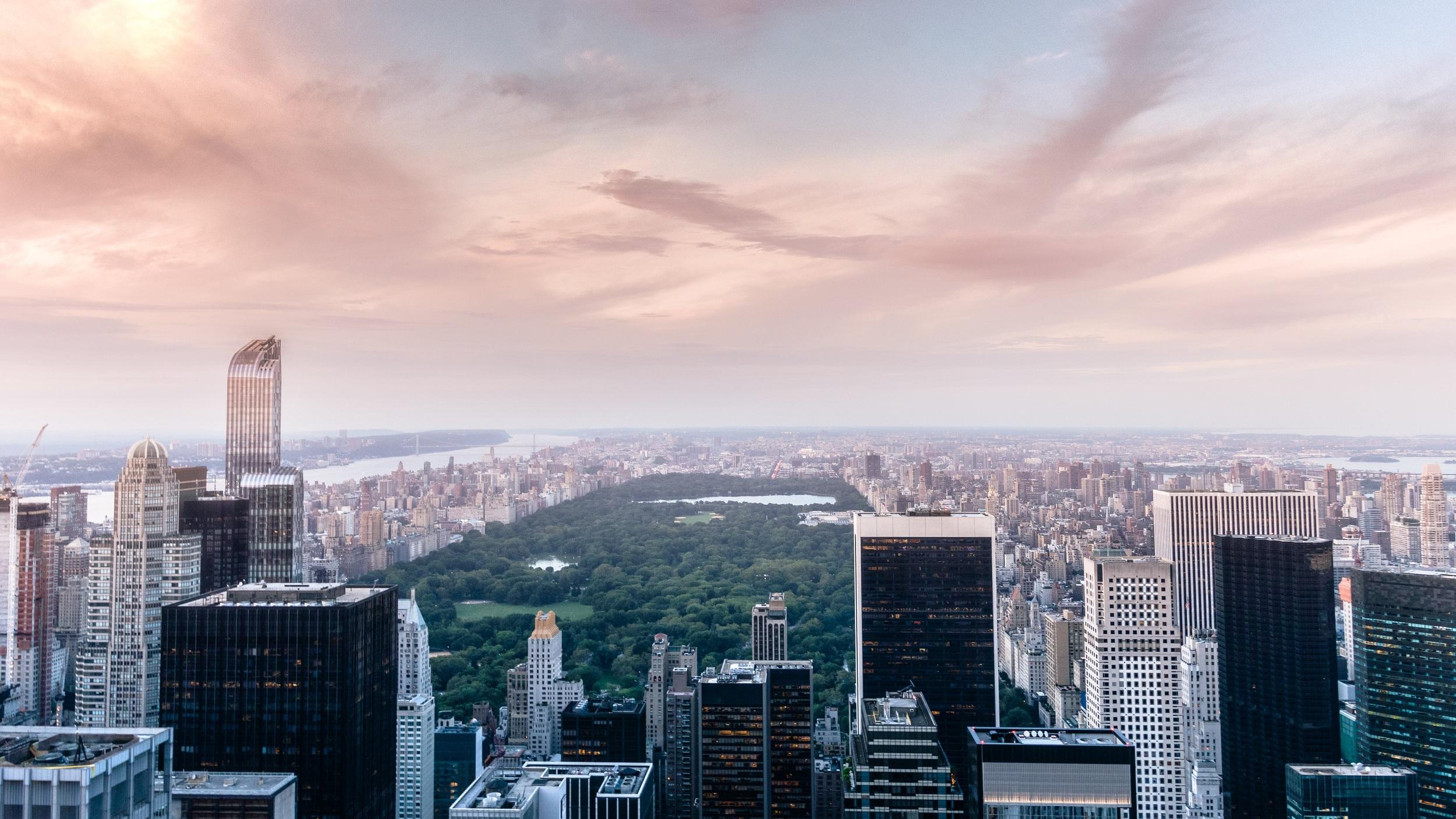 Central Park juvelen på Manhattan - Förmodligen världens mest kända park. Mitt på Manhattan, bland alla skyskrapor ligger den här 340 hektar stora park. Vill du ta en löprunda eller bara en promenad i lite lugnare miljö är det här definitivt platsen för dig. Inuti parken även finns en hel drös med sevärdheter som Central Park Zoo, sjön The Reservoir, Sheep Meadow som visar utomhusfilm på sommaren och på vinter finns även två skridskobanor, Wollman Rink och Lasker Rink.