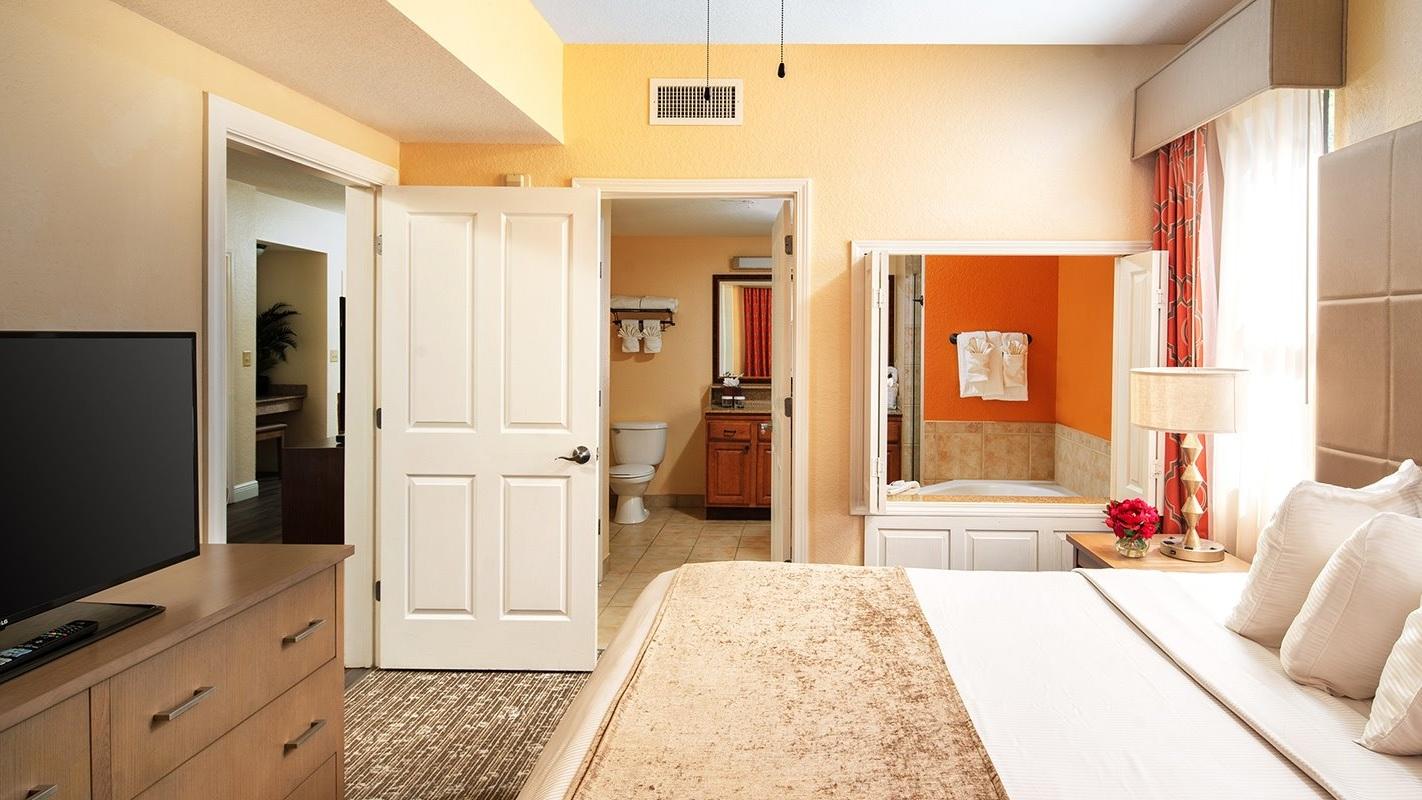 Rymliga och fräscha rum - Master bedroom har stor kingsize säng och badrum med Jacuzzi. Varje lägenhet har två badrum. Trerumslägenheterna har tre badrum. Här bor du och din familj riktigt skönt under semestern.