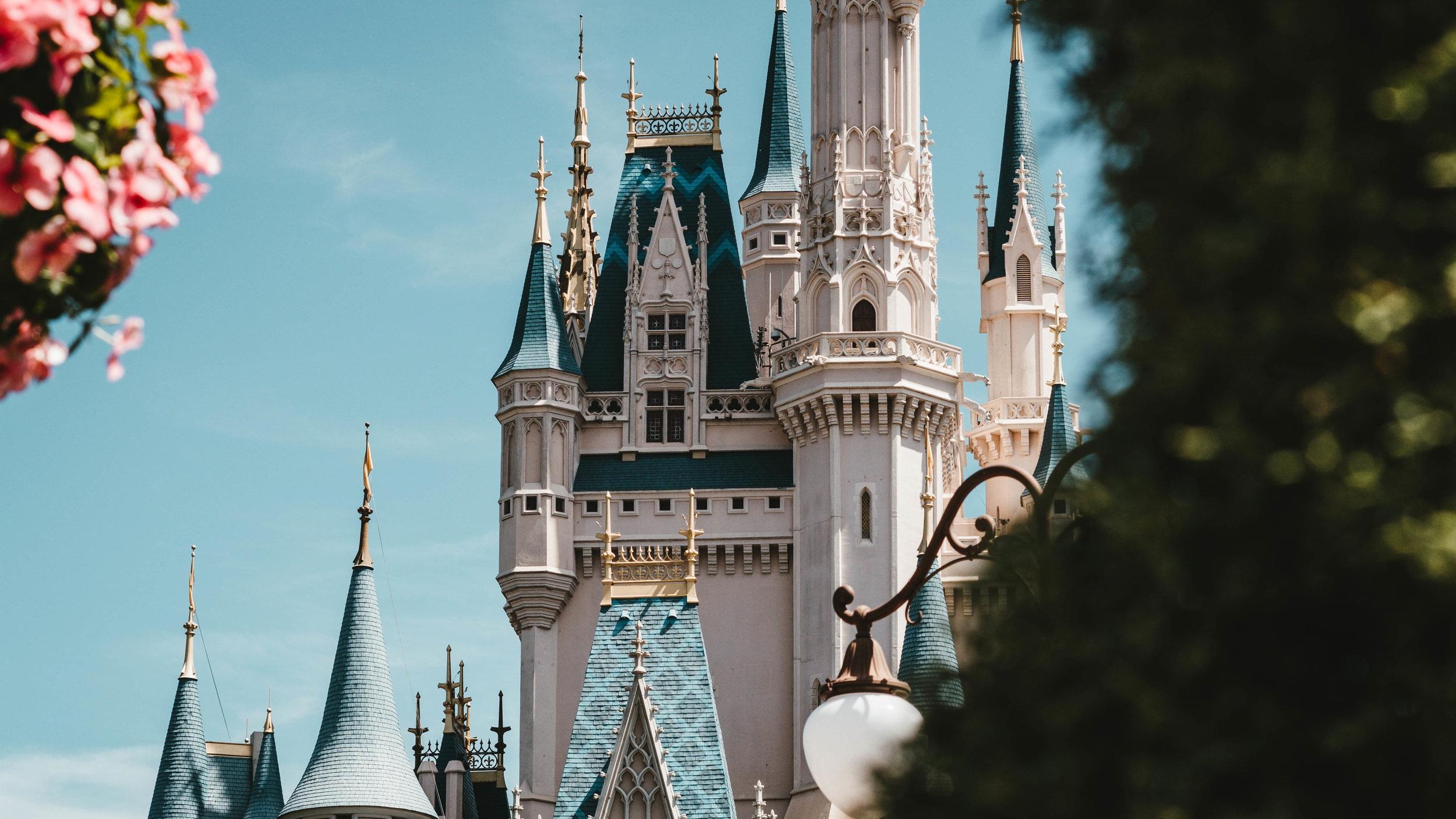 Disney World - Drygt tre mil utanför Orlando ligger världens största nöjesfält Walt Disney World Resort. Parken innehåller hela fyra olika temaparker, varav två vattenparker och har över 20 miljoner besökare varje år. Detta är verkligen en av Orlandos kronjuveler och en upplevelse man aldrig glömmer.