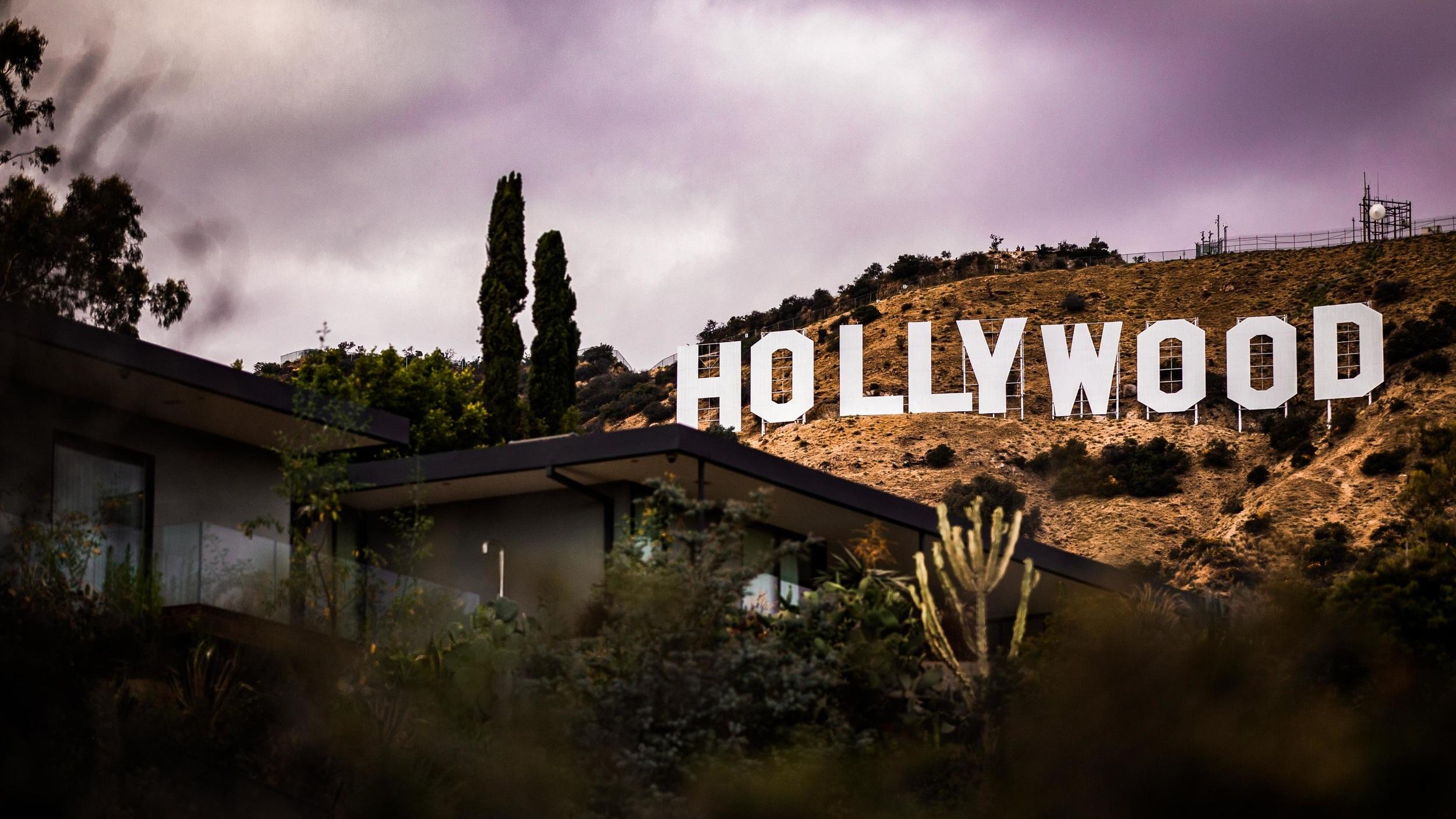 Hollywood - Kanske stadens mest välkända distrikt. Hollywood är hemmet för USA:s filmcentrum och här produceras även merparten av de amerikanska TV-serierna. Universal Studios och Paramount Pictures är några av filmhusen belägna här. Är du film-/ eller serieintresserad är ett besök hit och till Hollywood Boulevard och Walk of fame ett absolut måste.