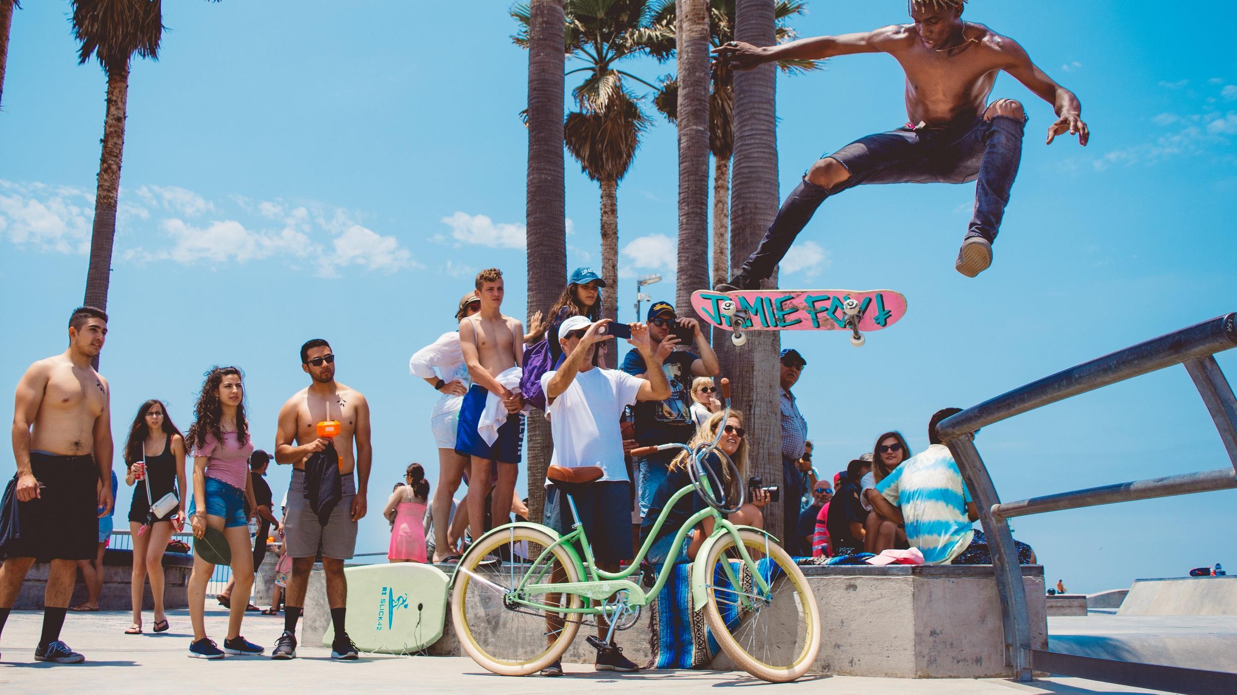 Venice Beach - Stilla Havets vatten som rullar in mot stranden, Santa Monicas berg i fjärran och vackra palmer. Venice Beach tar dig bort från storstadsbruset och är både vackert, avslappnande och händelserikt på samma gång. Sola och bada, träna på kända Muscle beach eller shoppa på paradgatan Abbot Kinney Boulevard? Det är upp till dig.