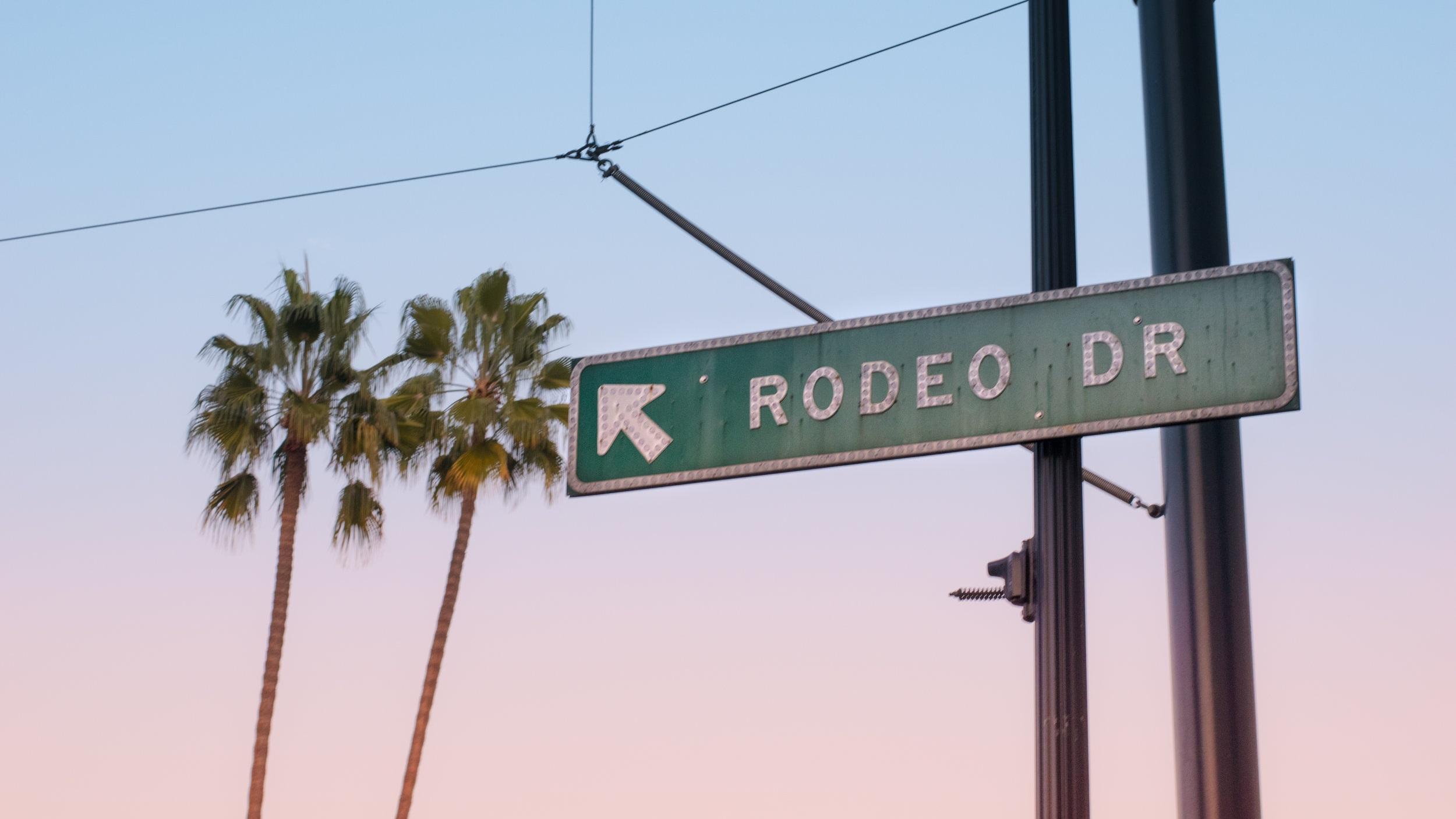 Beverly Hills - Nej, nu pratar vi inte om den ikoniska TV-serien från 90-talet och världens mest välkända postnummer 90210 utan om staden. Beverly Hills omges av Los Angeles och är hem för många filmstjärnor - har du tur stöter du på någon. Här finns också affärsgatan Rodeo Drive som erbjuder fantastisk shopping.