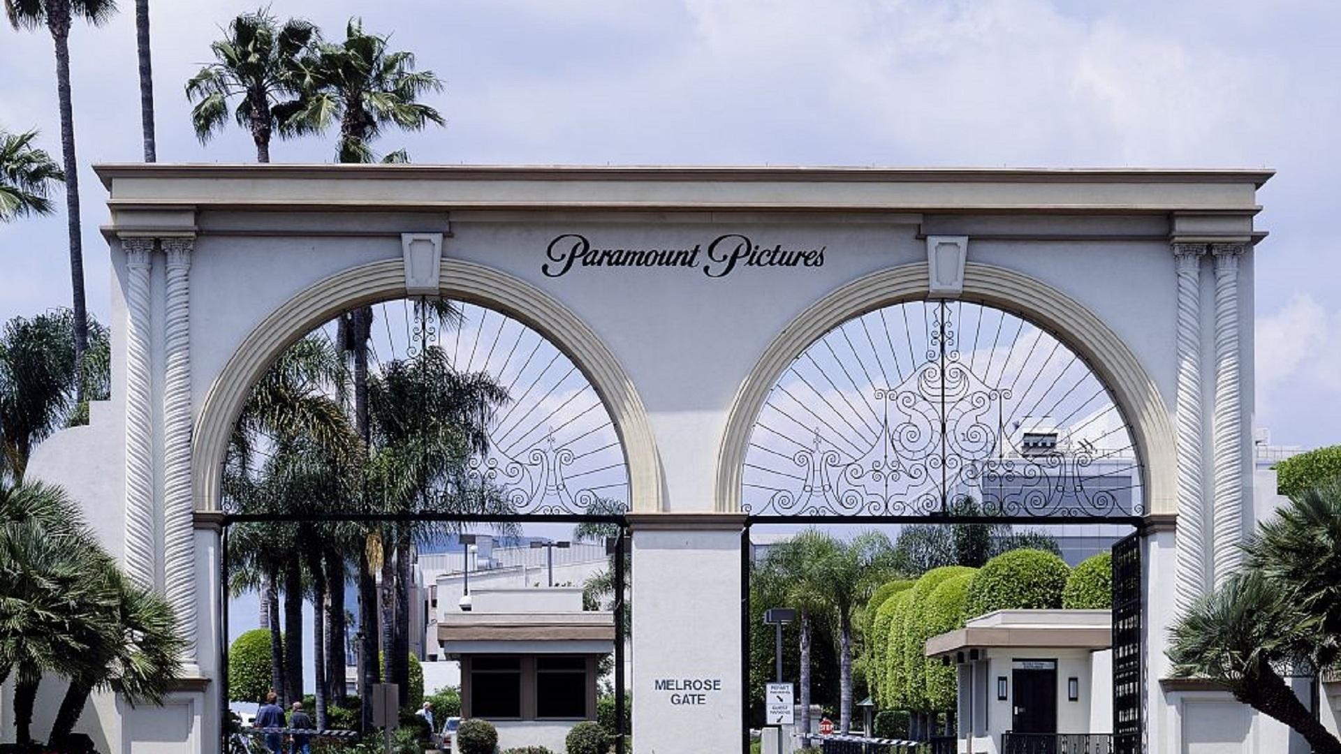 Paramount Pictures   Paramount Pictures är det enda filmhuset som rent geografiskt ligger i Hollywood, Los Angeles. Filmbolaget bildades redan 1912 och har skapat några av historiens mest kända filmer. Gudfadern, Top Gun, Forrest Gump, Iron Man och den ikoniska TV-serien MacGyver är alla producerade av just Paramount Pictures. Bolaget arrangerar dessutom turer i deras studios.