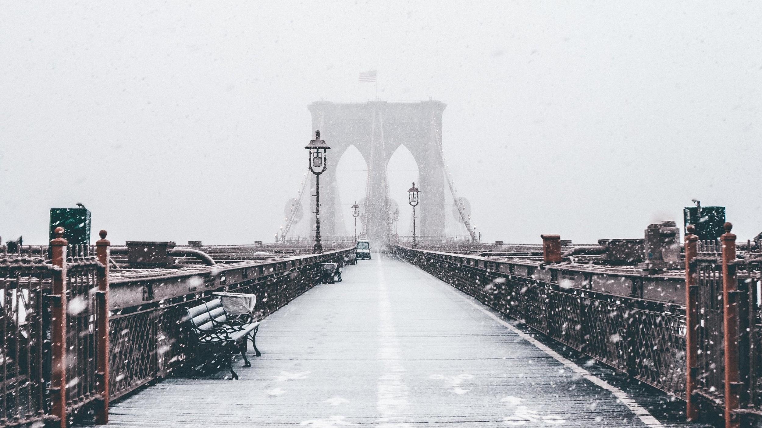 Brooklyn Bridge Världens största hängbro - Brooklyn Bridge är världens största och New Yorks äldsta hängbro. Den sträcker sig över Från Manhattan till Brooklyn över East River och är vacker så väl i dags- som kvällsljus. Vi rekommenderar en promenad över bron där du får en makalös vy över Manhattans skyskrapor.
