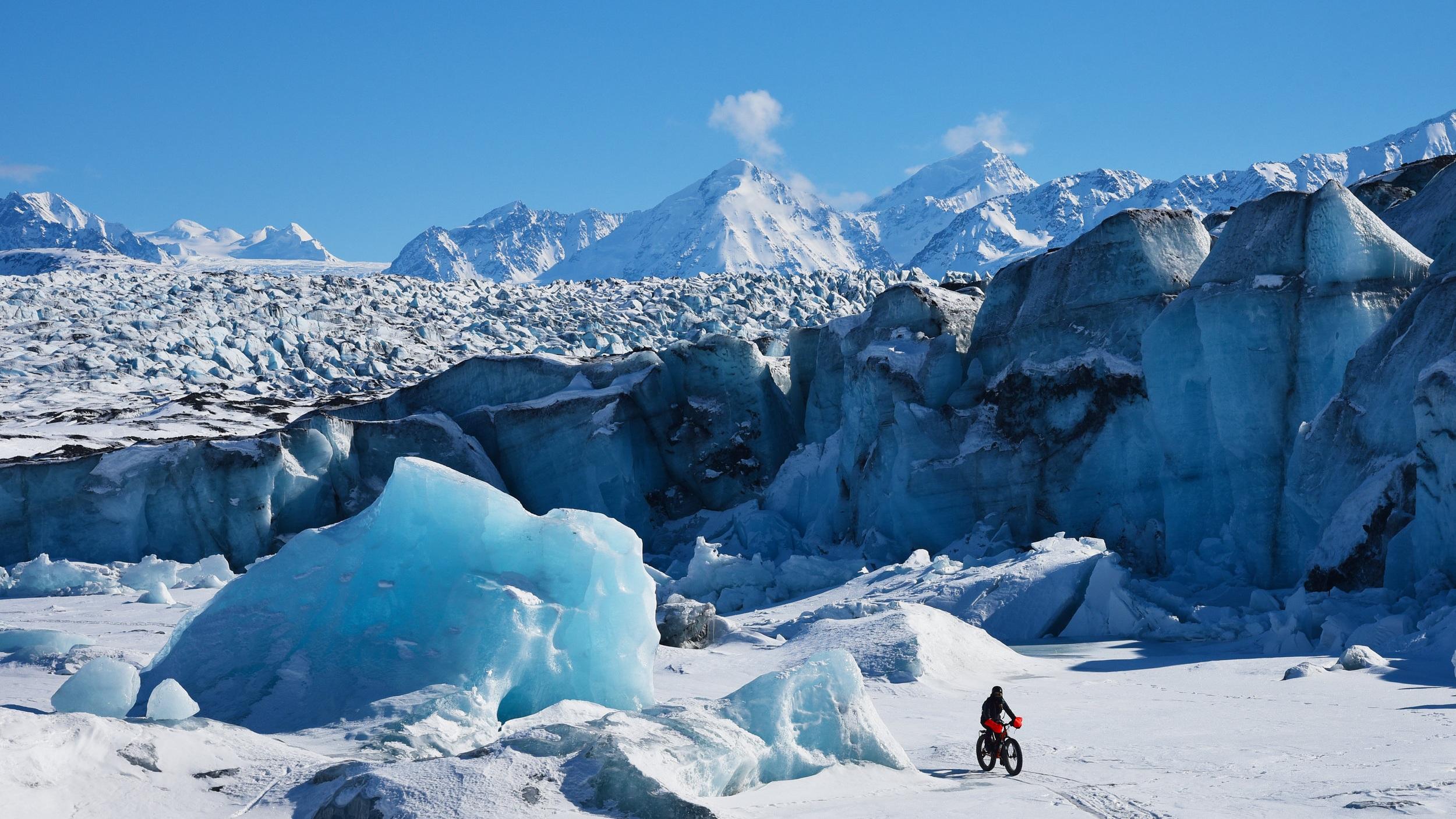Glaciärtur - Glaciärerna kan snart vara ett minne blott. Här har du chansen att uppleva den majestätiska glaciären Portage Glacier. I turen ingår båtutflykt, en timmes vandring vid glaciären samt ett besök på Alaska Wildlife Conservation Center.