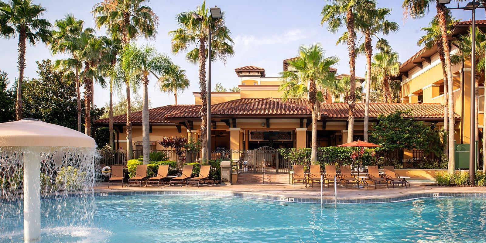 Vår favorit i Orlando - Floridays Resort   Floridays Resort är en Supreme Travel-favorit tillika prisbelönt lägenhetshotell strax söder om soliga och barnvänliga Orlando. De rymliga två- och trerumslägenheterna är fullt utrustade med kök, balkong och fräscha sovrum. Floridays erbjuder dessutom gratis parkering, stort poolområde, poolbar samt café på området. Utöver det ingår gratis shuttlebuss till flera av temaparkerna i området; Sea World, Disney World och Universal studios. En utflykt till någon av parkerna är en perfekt avstickare från den härliga resorten.
