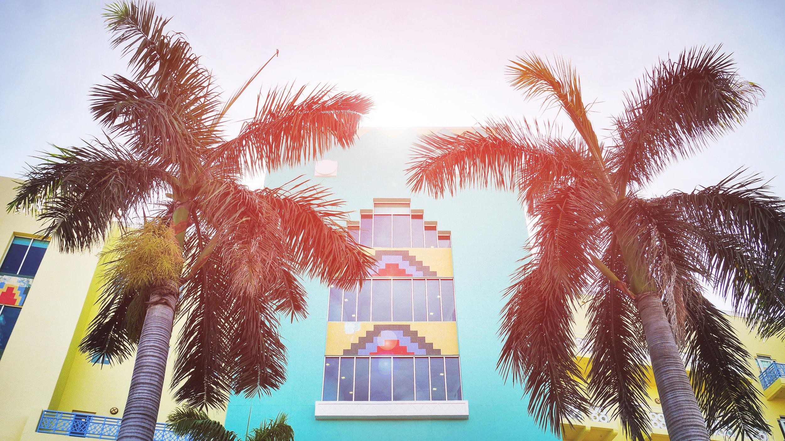 """South Beach   Dag som natt är South Beach full av  underhållning och rörelse . Här återfinns, förutom en oändlig sandstrand, nattklubbar, restauranger, butiker och hotell och är ett måste på din resa till Miami.  Lincoln Road  finns här och är ett paradis för den shoppingsugna med en uppsjö av olika butiker. Det finns också gott om riktigt bra restauranger.  Ocean Drive  är South Beach östligaste gata med riktigt bra nattliv - det är även platsen där studenter firar det välkända """"Spring Break""""."""