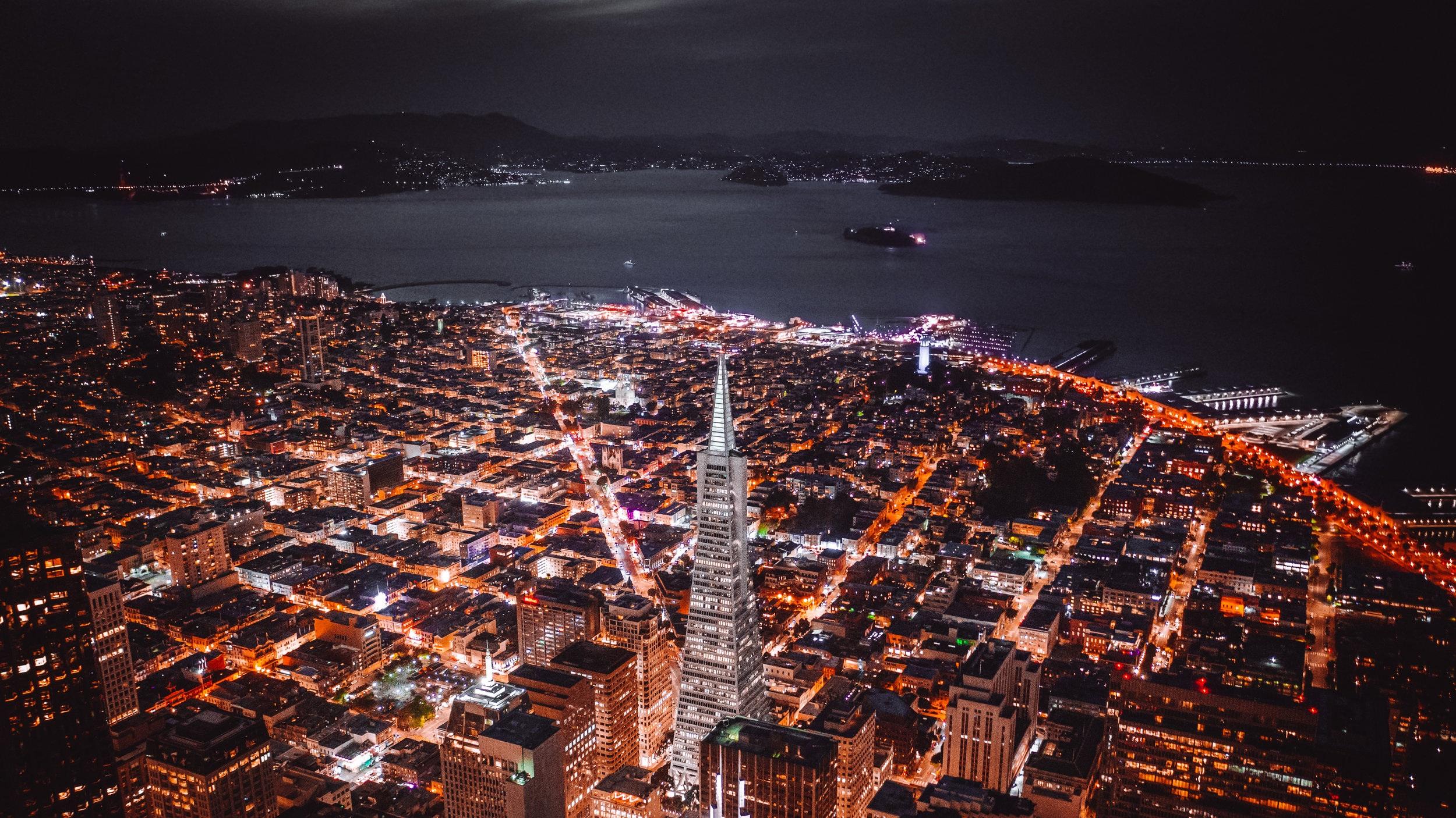 City Tour med buss och helikopter - Vill du uppleva en guidad stadstur med det lilla extra är detta något för dig. Dagen inleds med att besöka flera av stadens sevärdheter, bland annat Golden Gate-bron och Chinatown via buss. Sedan tar en nervkittlande helikoptertur vid där du får uppleva staden från ovan.