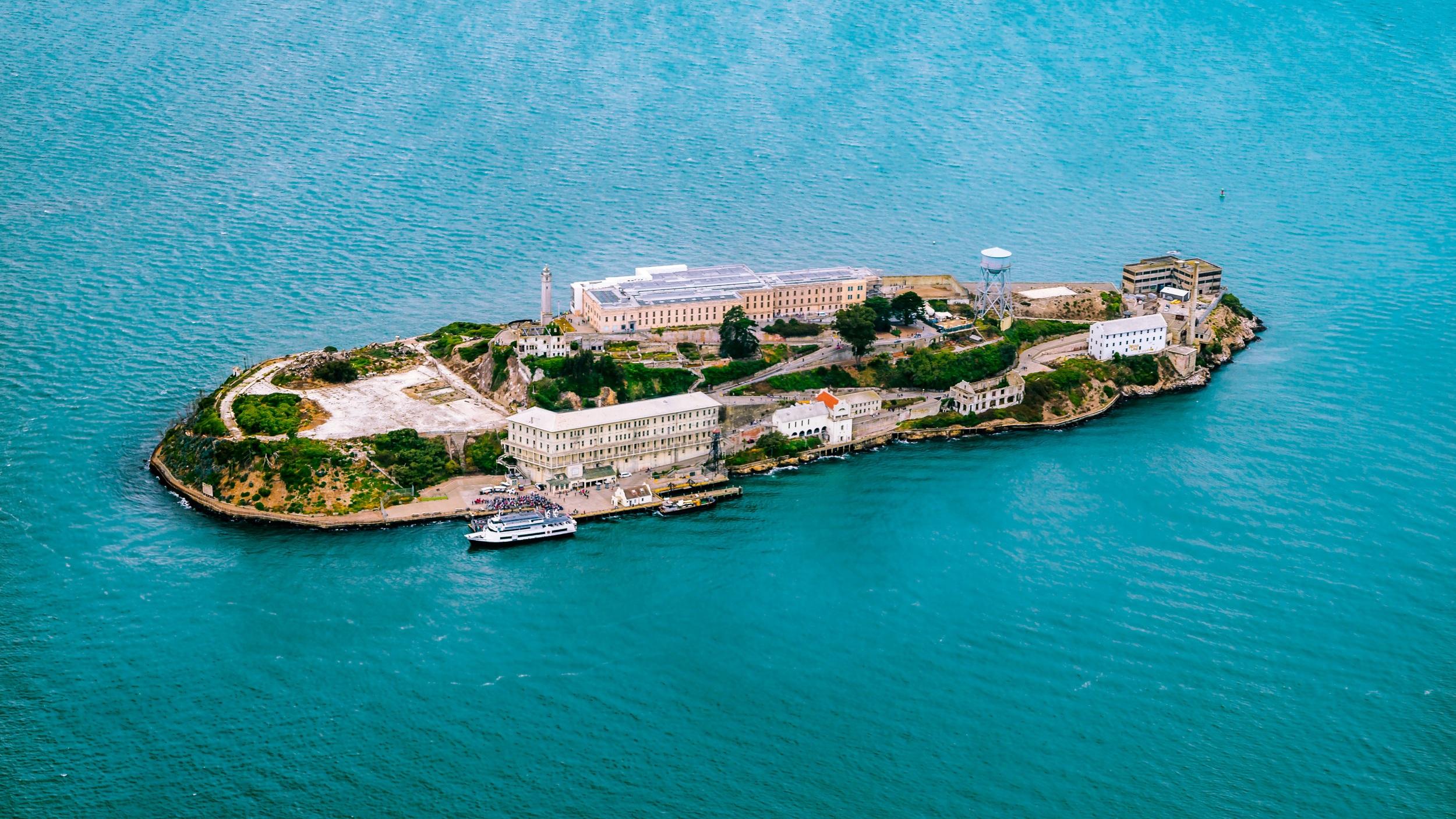 """Alcatraz  Förmodligen världshistoriens mest berömda fängelse som öppnades 1934 och stängdes 1963. Alcatraz har otaliga gånger filmatiserats, bland annat i Clint Eastwoods """"Flykten från Alcatraz"""" och """"The Rock"""". I dagsläget är fängelset en stor turistattraktion och väl värd ett besök."""