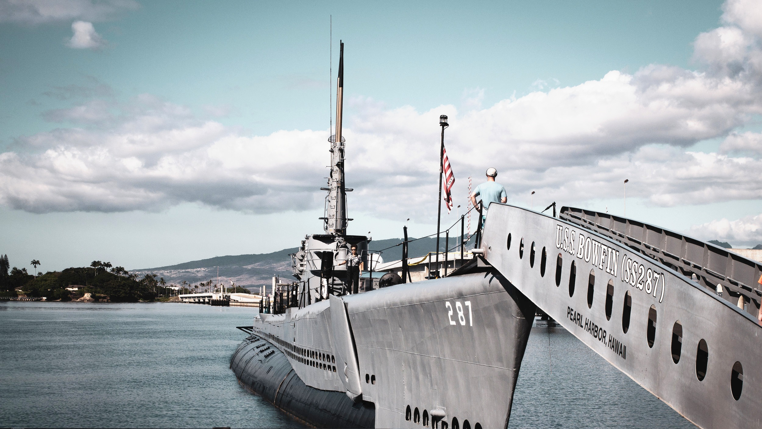 Pearl Harbor - 7 december 1941 bombade Japan marinbasen Pearl Harbor på Hawaii. På platsen finns idag flera guidade turer där du kan se föremål från bombningen och besöka fler av de sjunkna slagskeppen däribland USS Missouri och USS Arizona Memorial. En utflykt för den som är intresserad av historia.
