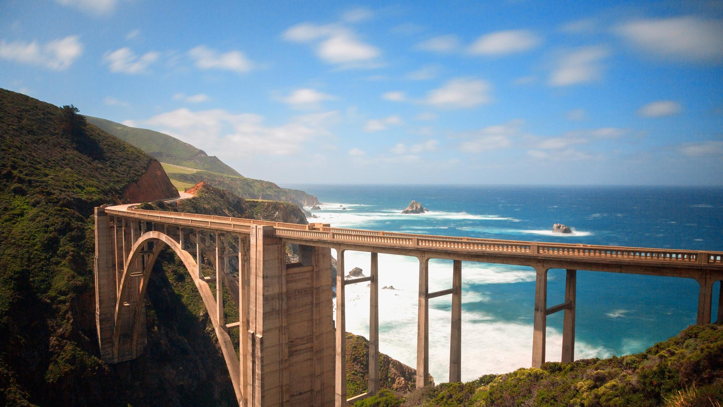 Highway 1  /  Pacific Coast Highway   Förmodligen den mest ikoniska motorvägen som finns. Här kan du ta dig de knappt 100 milen från San Diego i söder till San Francisco i norr och uppleva flera av höjdpunkterna på USA:s västkust. Vi erbjuder och kan hjälpa till med hyrbil och väl utvalda hotell inför din resa.