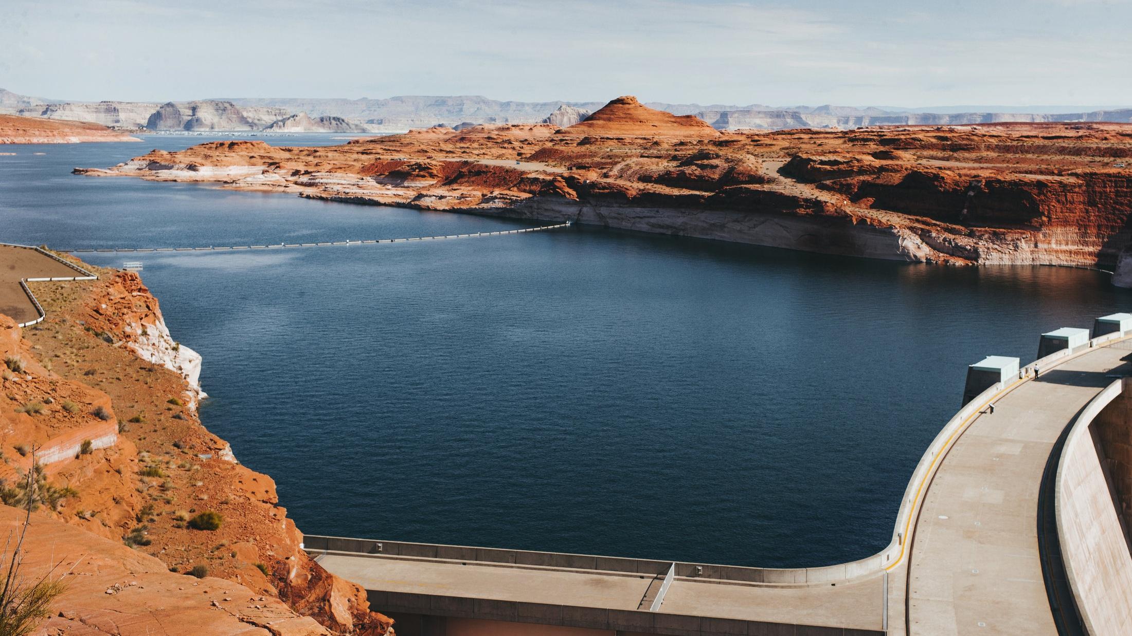 """Hoover dam - En halvdagsutflykt till den största dammen som byggts av människan. Dessutom en chans att se Lake Mead och stopp för fotografering vid skylten """"Välkommen till Las Vegas"""". Det är dock dammen som ör den stora attraktionen och vyerna där är helt otroliga."""