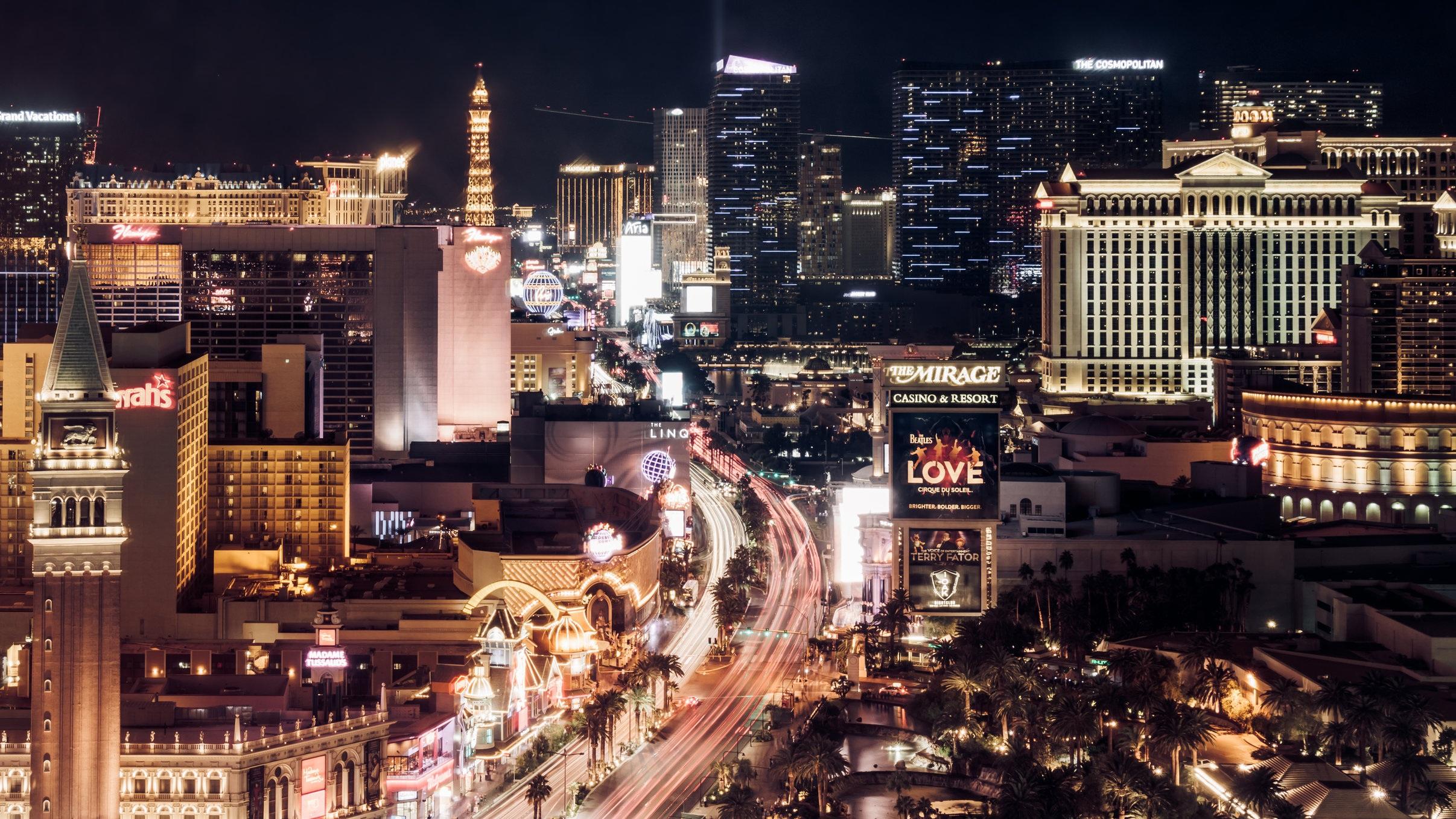 (Restaurang)   Las Vegas huvudgata The Strip sträcker sig fem kilometer och här får du gnugga dig i ögonen för att se om du är vaken. Neonskyltar, pyramid, eiffeltorn, frihetsgudinnan och casinon. Har blandas världsdelar, städer och mycket mer i en färgrik kombination som måste upplevas - helst kvälls- och nattetid.