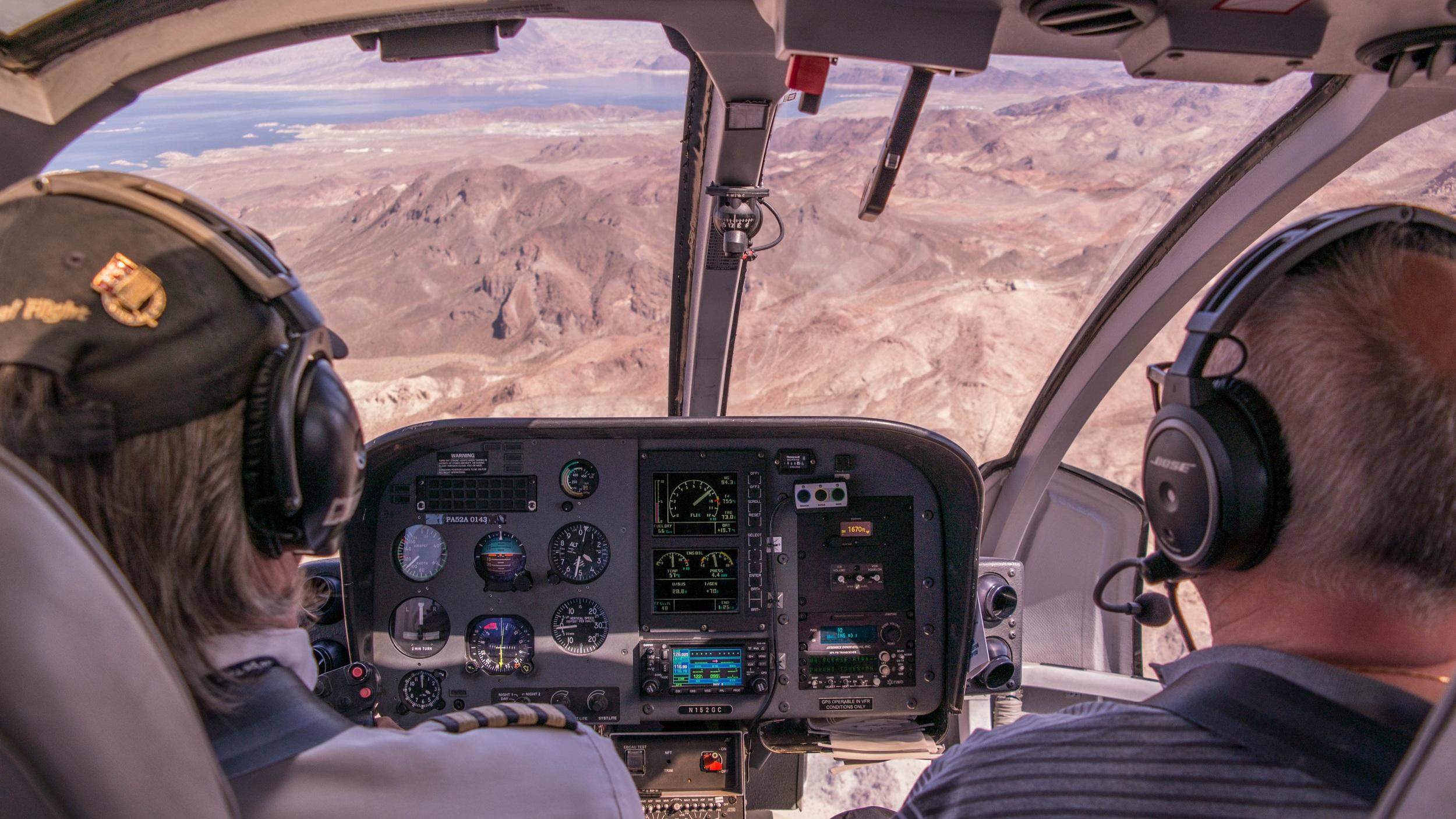 Grand Canyon med helikopter - En upplevelse du sent lär glömma. Från ovan i en lyxig helikopter får du ta del av förbluffande vackra Grand Canyon, Hoover-dammen och sjön Lake Mead. Höjdpunkten på utflykten är du tas ner i Grand Canyons gap för oförglömlig vy.