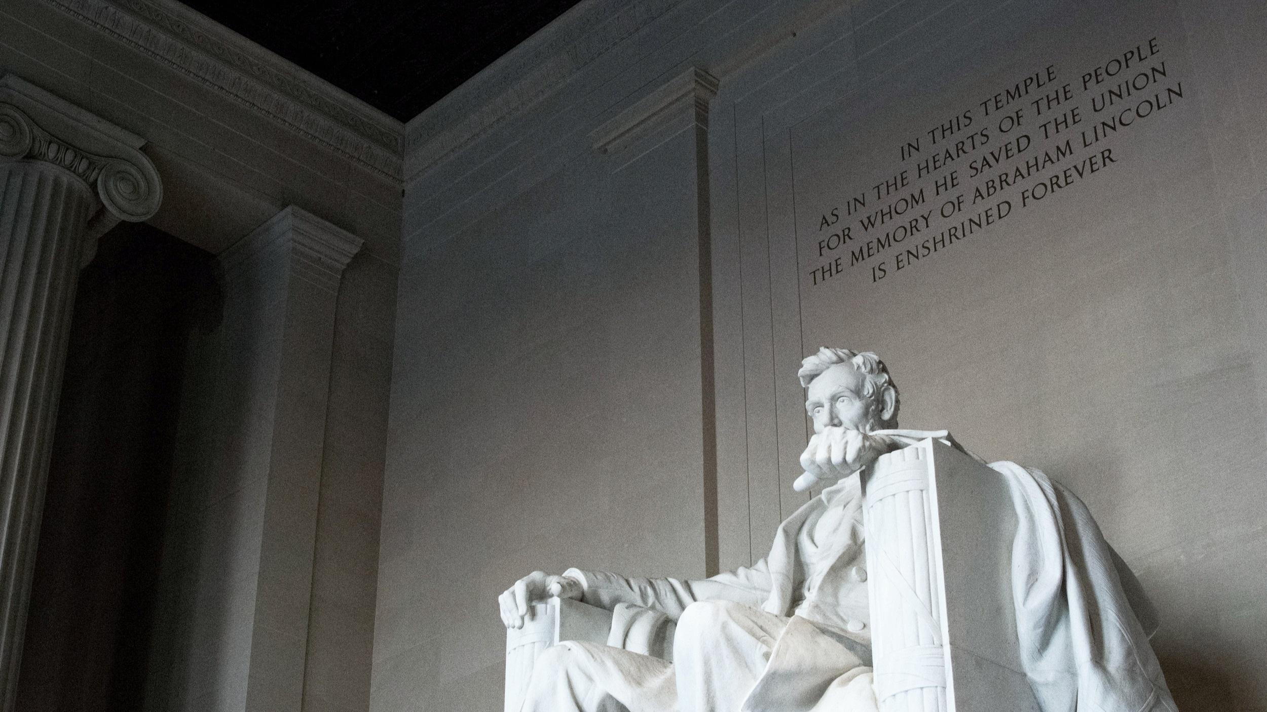Evening tour - En mycket populär kvällsutflykt till några av de bästa sevärdheterna staden har att erbjuda. Här får du se ett upplyst Lincoln Memorial, Vita Huset och Washington monumentet och allt på två timmar. Du körs omkring i en dubbeldäckad buss där alla förare är utbildade guider i staden.