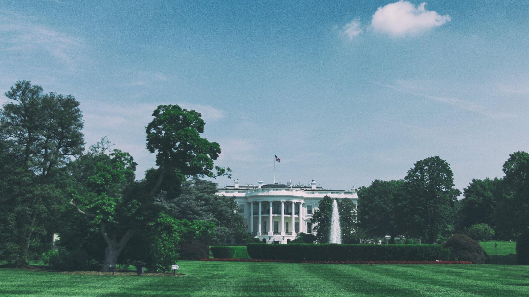 Vita Huset   Den ikoniska och helt vita byggnaden på 1600 Pennsylvania Avenue är mest känd för att vara USA:s presidents residens och arbetsplats med sitt kontor i det ovala rummet. Bygget av huset färdigställdes år 1800 och det finns mängder av guidade turer om du är intresserad av att ta en närmare titt.