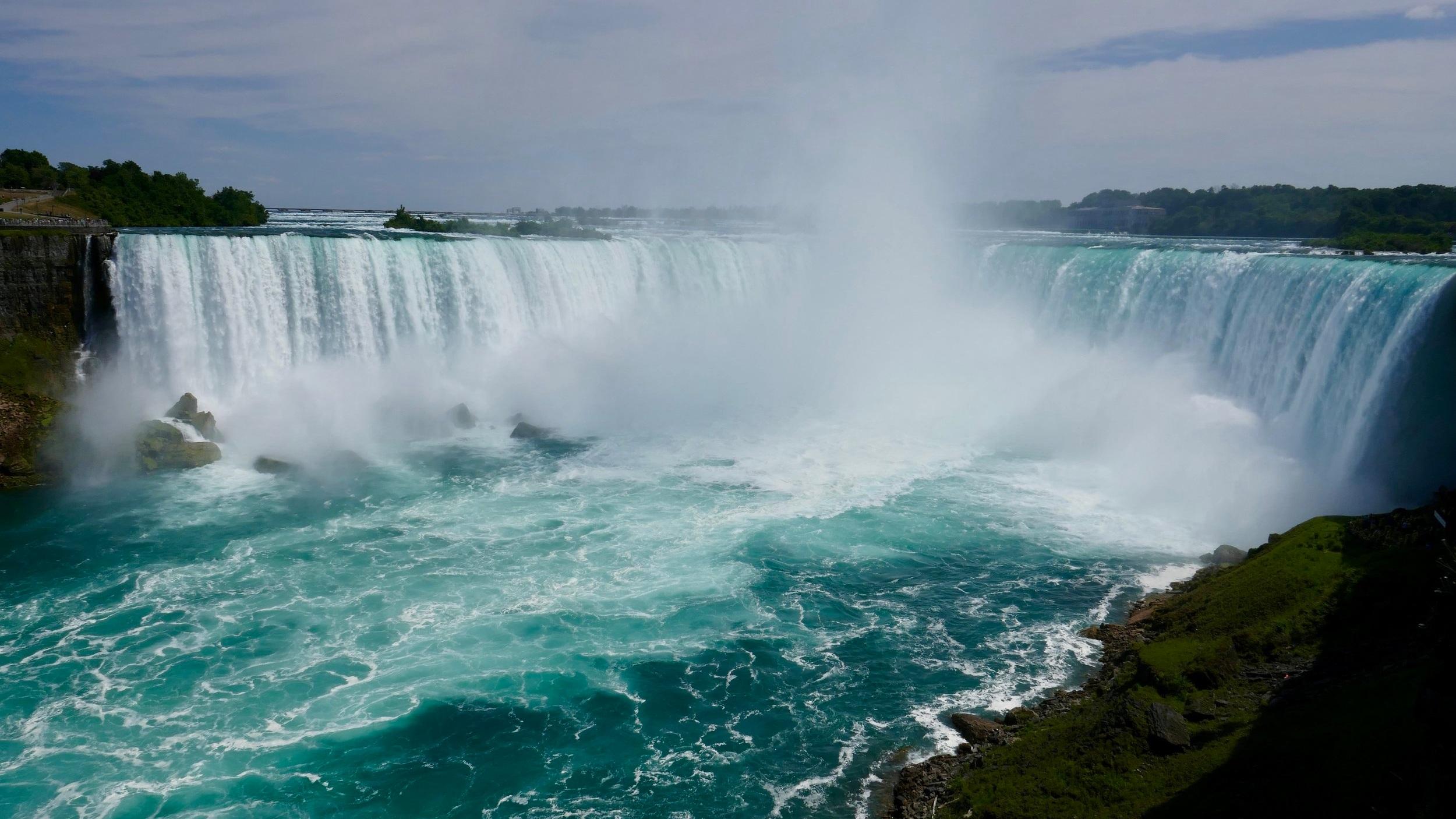 Niagarafallen - En guidad dagsutflykt till ett av världens under.. Den här upplevelsen innefattar bland annat båttur i Niagara, otroliga Horseshoes Falls och lunchbuffé med förtrollande utsikt över fallen.