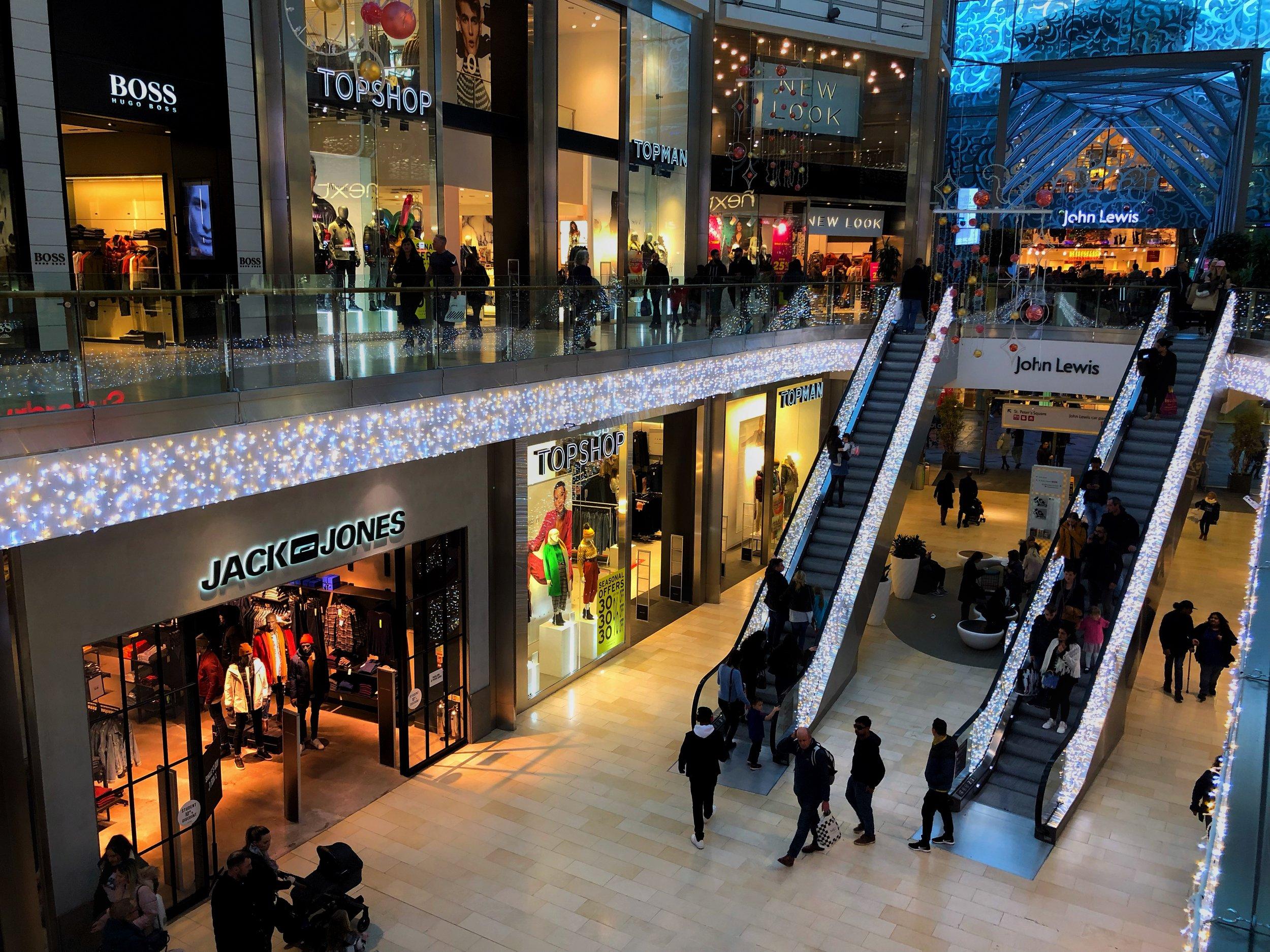 West Edmonton Mall   Köpcentrumet är kanske stadens mest kända byggnad och det tredje största köpcentrumet i hela världen. Här inne finns det över 800 butiker, restauranger och mycket mer. Planera ditt besök väl för hit reser närmare 30 miljoner människor årligen. Meddela oss om du önskar hyrbil.
