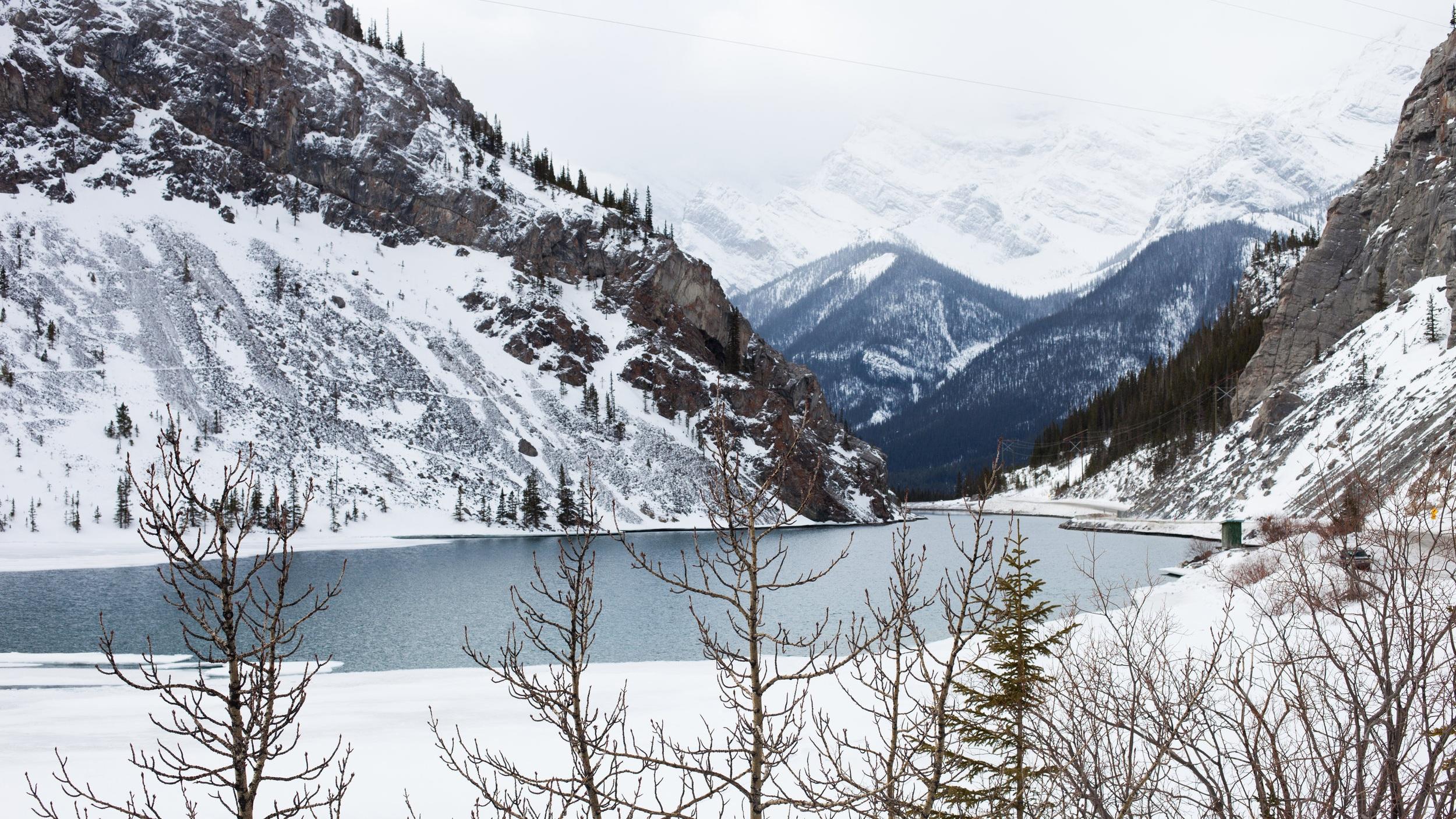Banff - Knappt en och en halv timmes bilresa från Calgary ligger den lilla staden Banff som är helt omringat av berg. Banff är dessutom Kanadas högst belägna stad fylld av otroliga vyer.