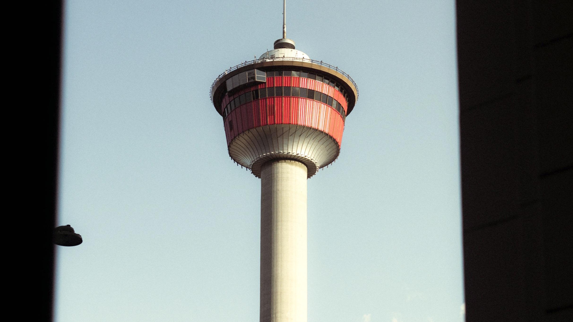 Calgary Tower - Den här 200 meter höga byggnaden har kommit att bli något av en symbol för staden. Väljer du att resa till Calgary rekommenderar vi att du njuter av utsikten här.