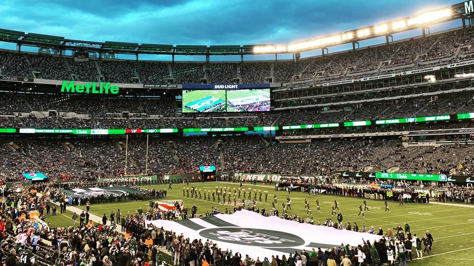 MetLife Stadium - Jets delar arena med lokalkonkurrenten New York Giants. Klubbarna spelar dock i olika divisioner vilket underlättar schemaläggningen. Med en kapacitet på 82 500 åskådare är MetLife Stadium den största i NFL. Från Manhattan är det enklast att ta sig hit med tåg genom att köpa en biljett till Meadowlands Station hos NJ Transit.